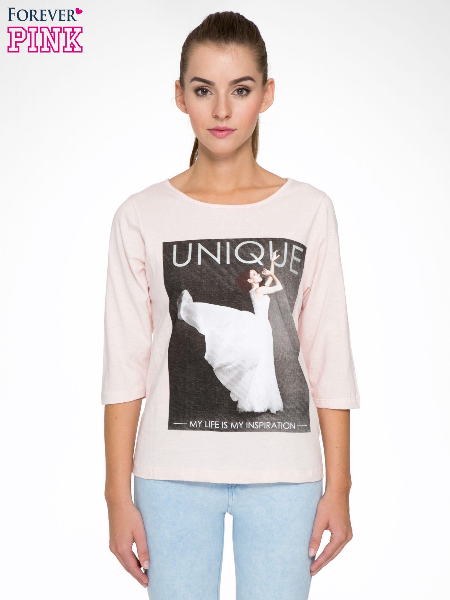 Różowa bluzka z nadrukiem kobiety i napisem UNIQUE                                  zdj.                                  1