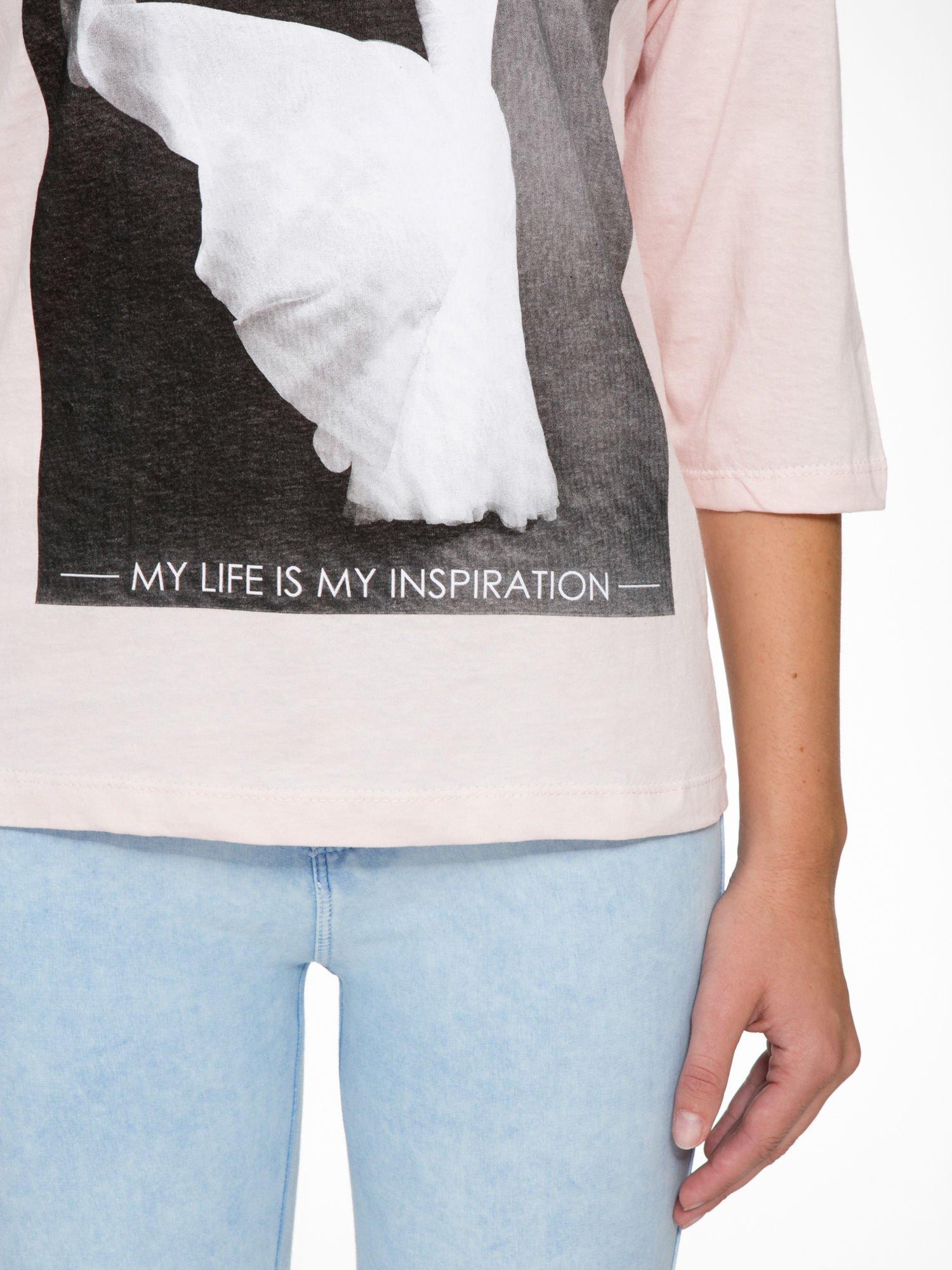 Różowa bluzka z nadrukiem kobiety i napisem UNIQUE                                  zdj.                                  7