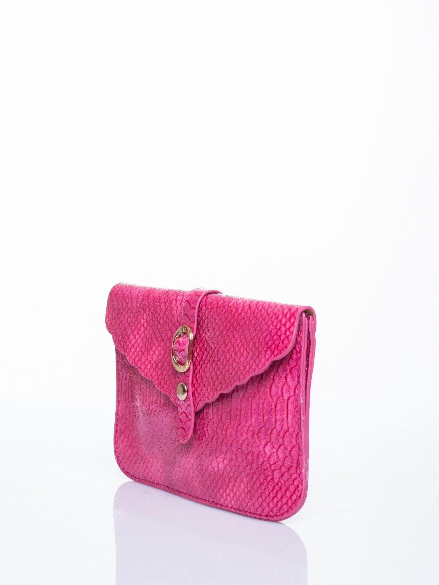 8af754a12bd2a Różowa kopertówka z motywem skóry krokodyla - Akcesoria torba ...