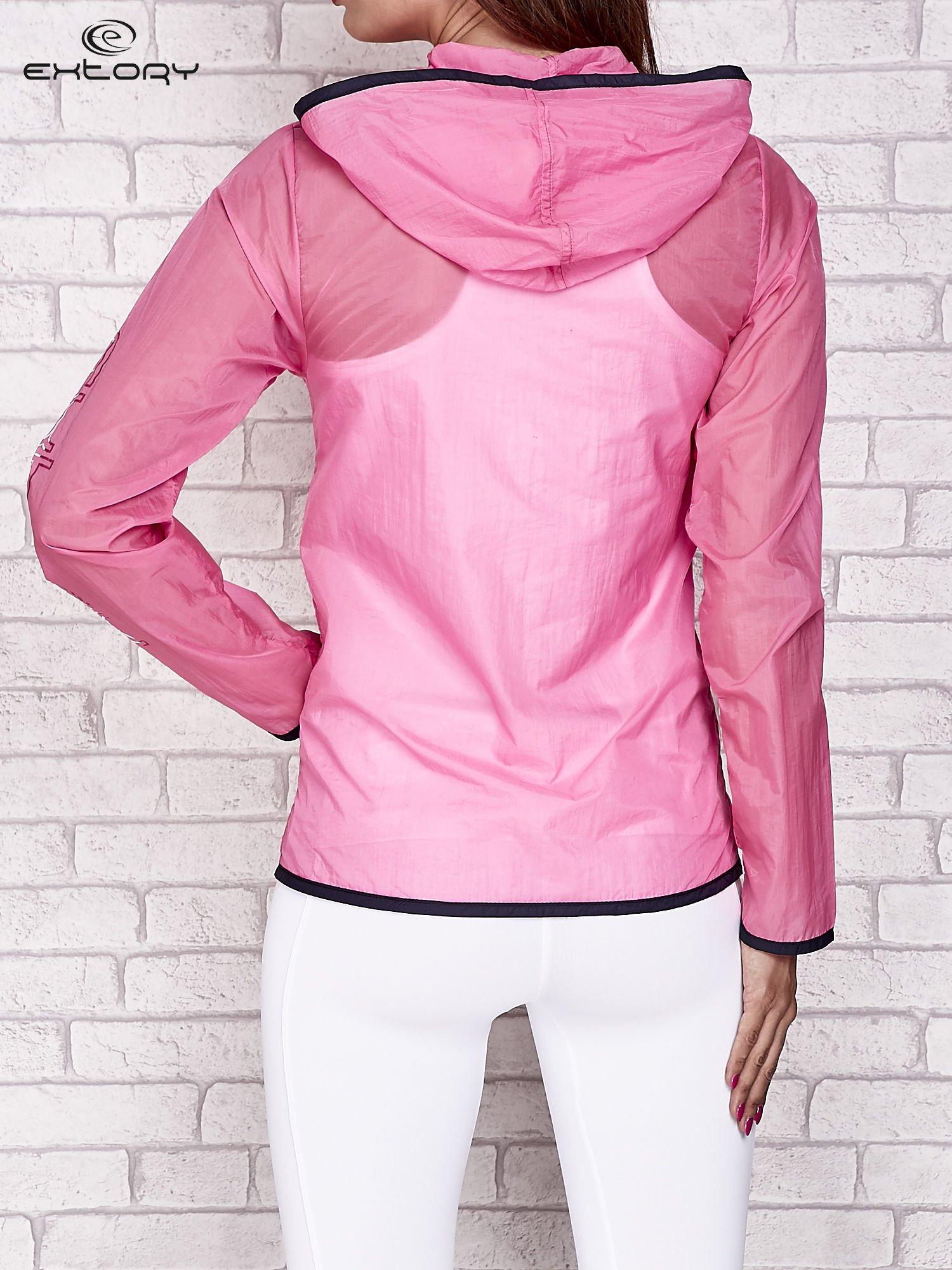 Różowa kurtka wiatrówka z czarnym wykończeniem                                  zdj.                                  3