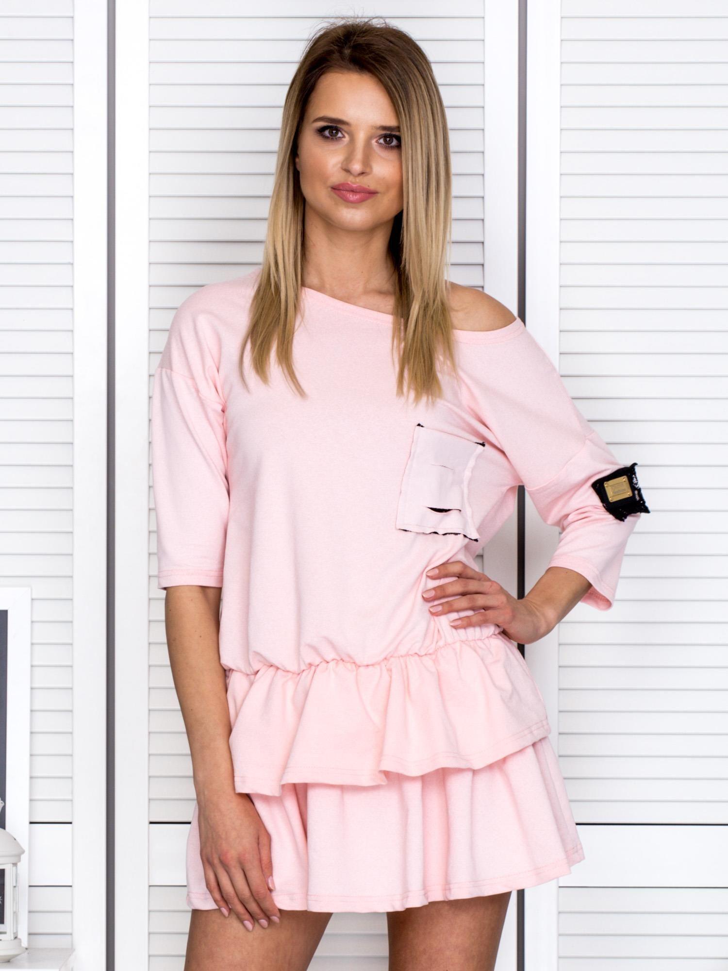 ac414341 Różowa sukienka z warstwowymi falbanami