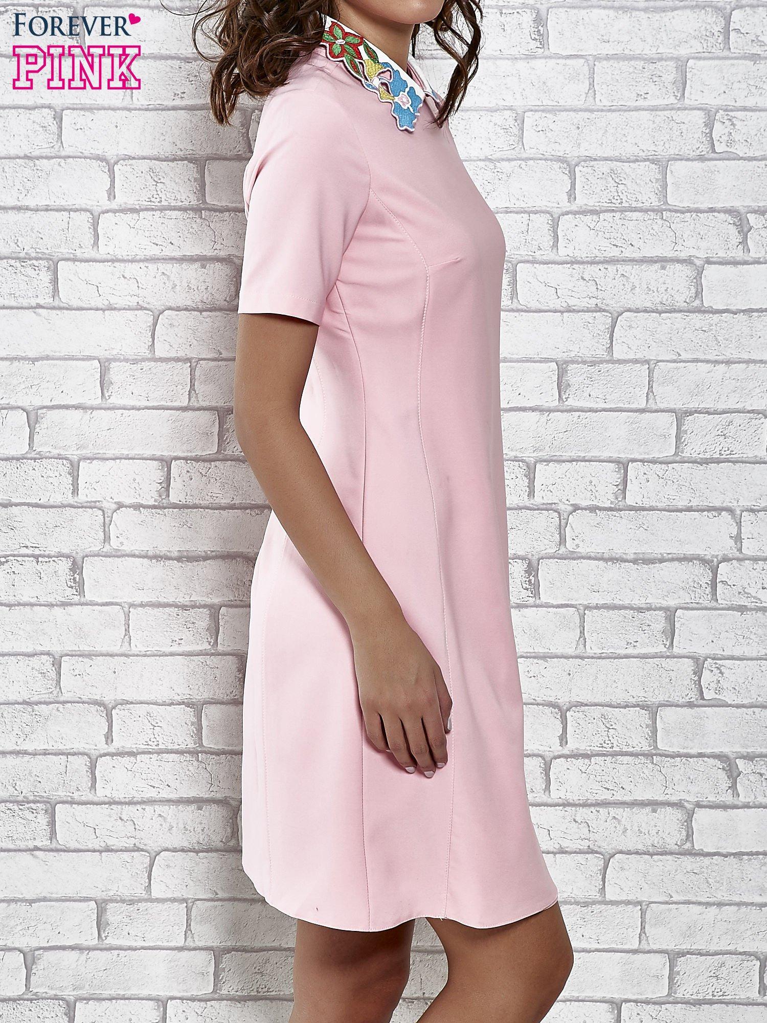 Różowa sukienka z wyszywanym kołnierzem                                  zdj.                                  3