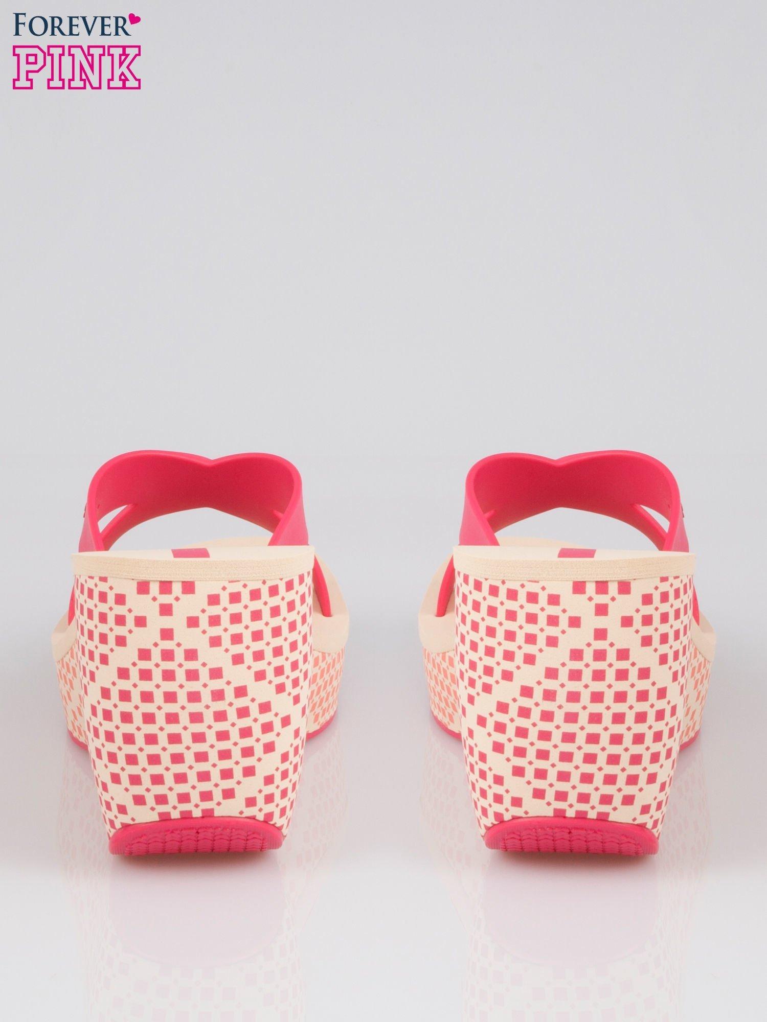 Różowe japonki na koturnie we wzór geometryczny                                  zdj.                                  3