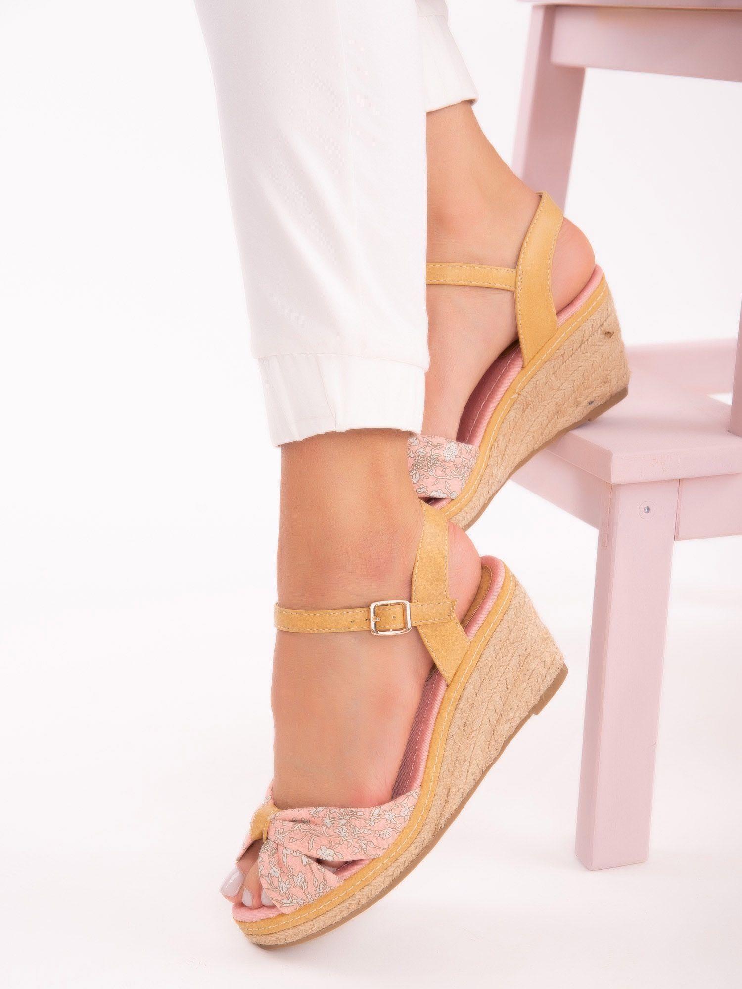 7a690054 Różowe sandały na koturnach z nadrukiem w białe kwiaty - Buty ...