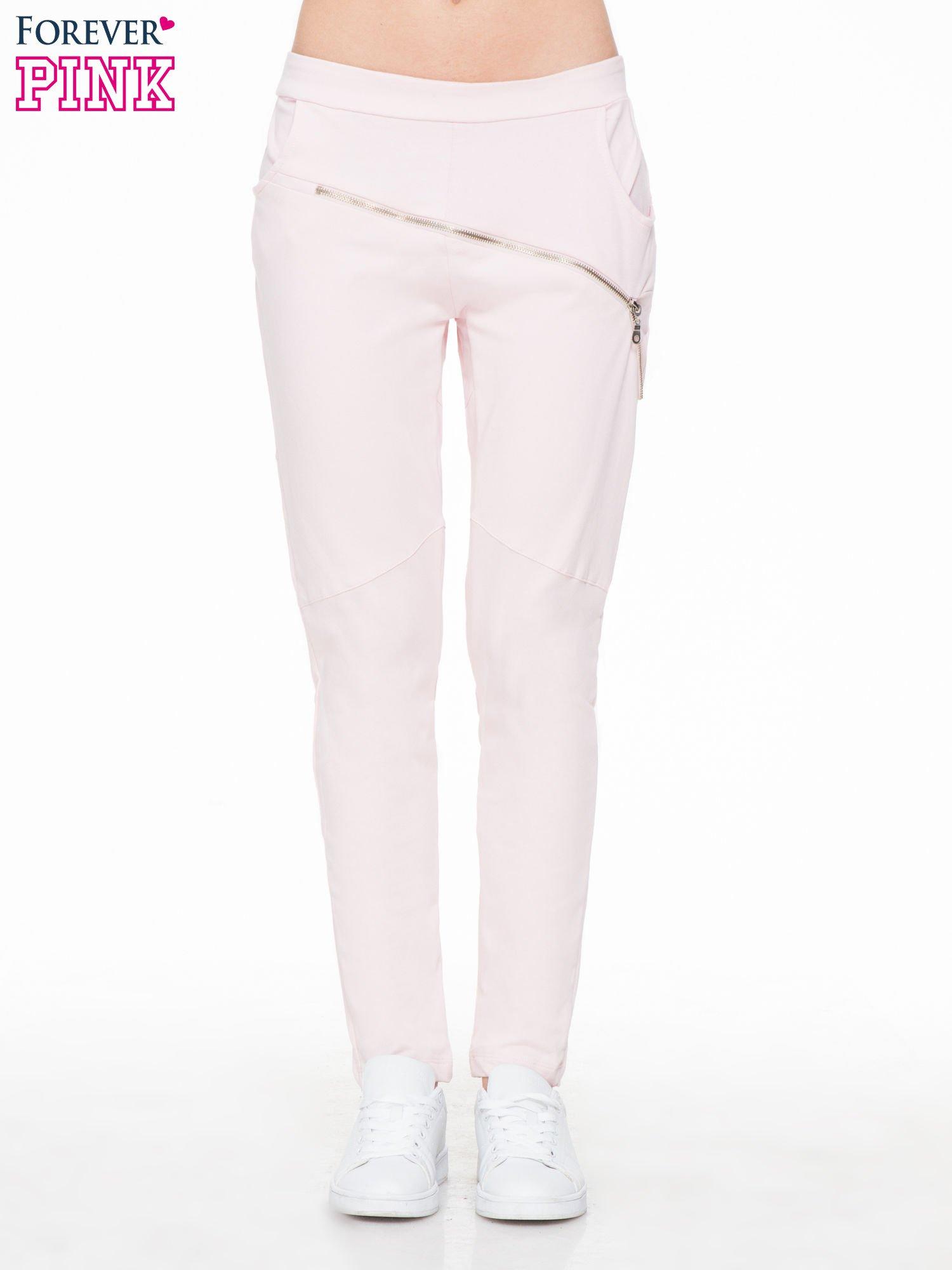 Różowe spodnie dresowe typu baggy z suwakiem                                  zdj.                                  1