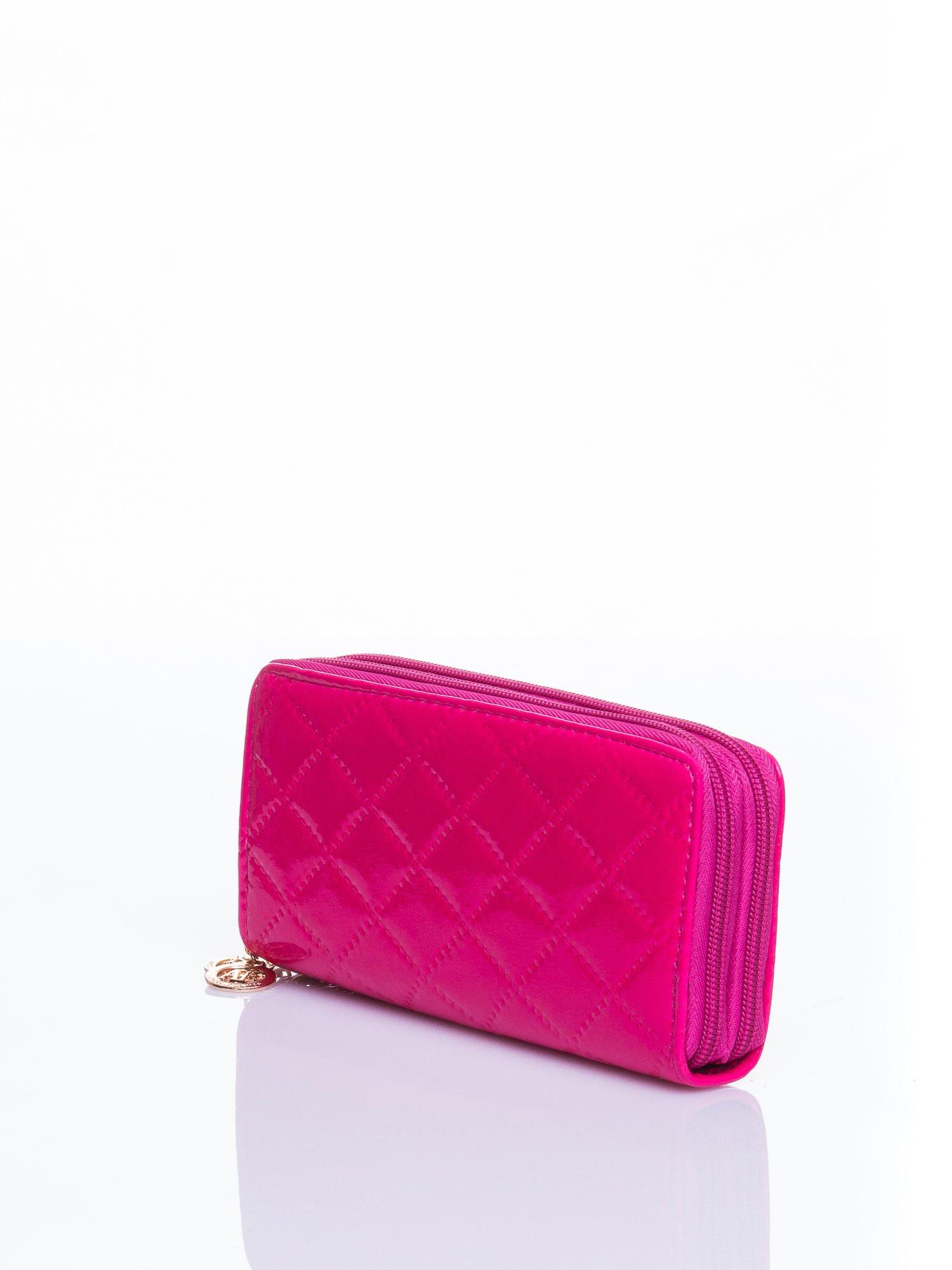 Różowy lakierowany pikowany portfel                                  zdj.                                  2