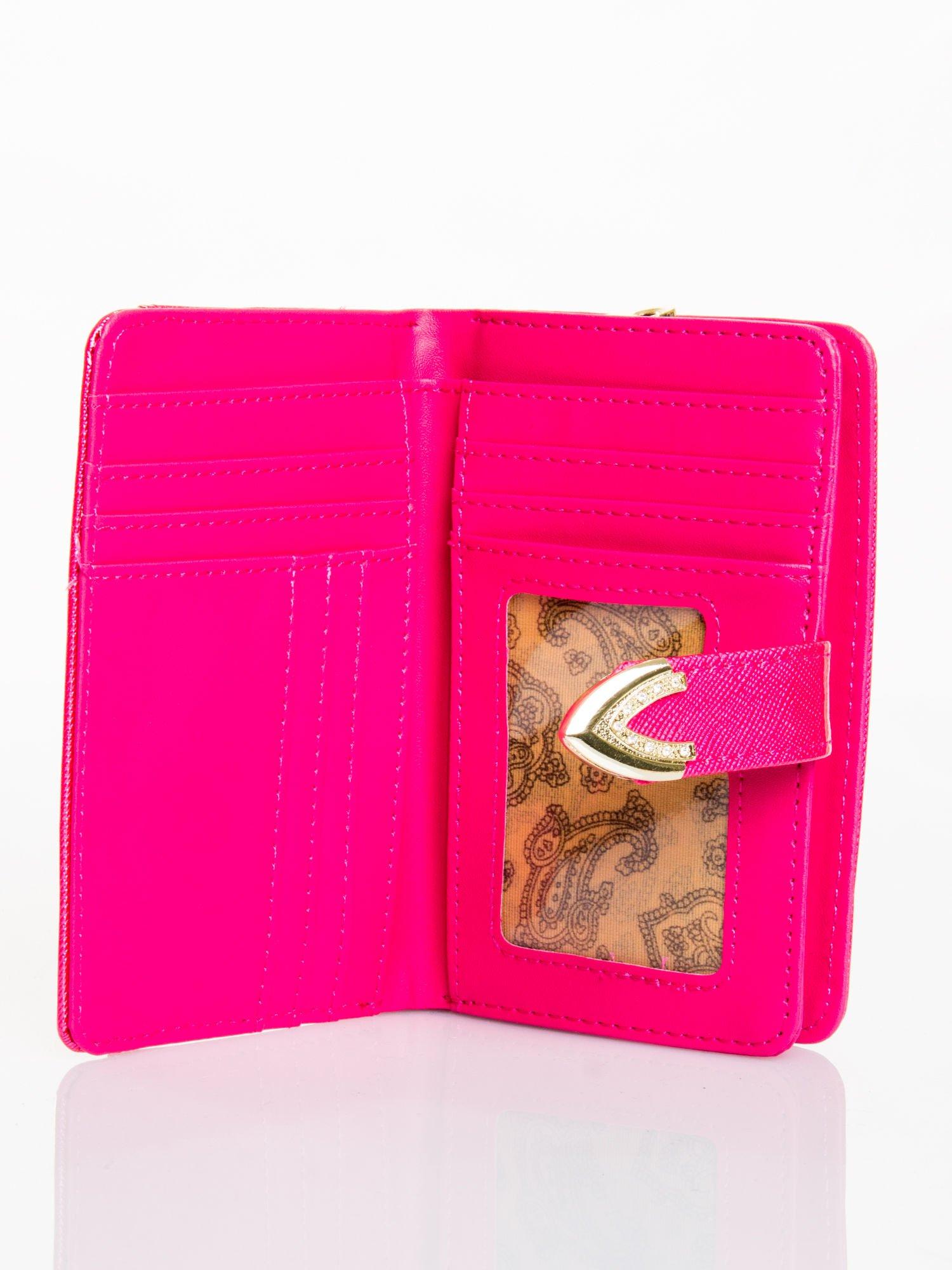 Różowy porfel z dżetami efekt skóry saffiano                                  zdj.                                  3
