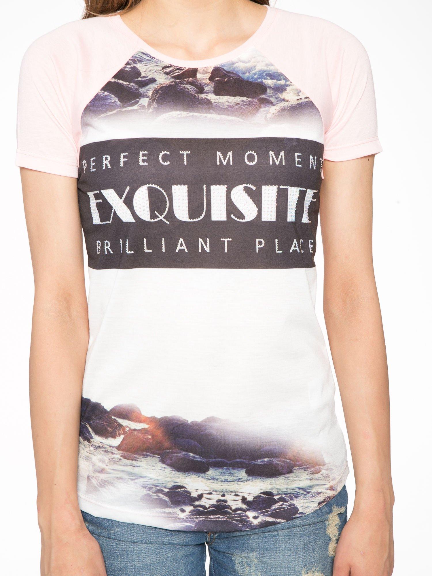 Różowy t-shirt z nadrukiem pejzażu i napisem EXQUISTE z dżetami                                  zdj.                                  7