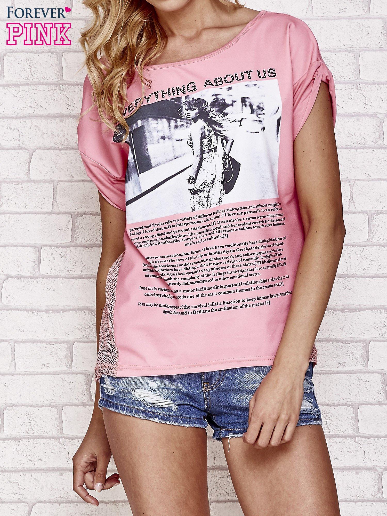 Różowy t-shirt z napisem EVERYTHING ABOUT US i siateczkowym tyłem                                  zdj.                                  1