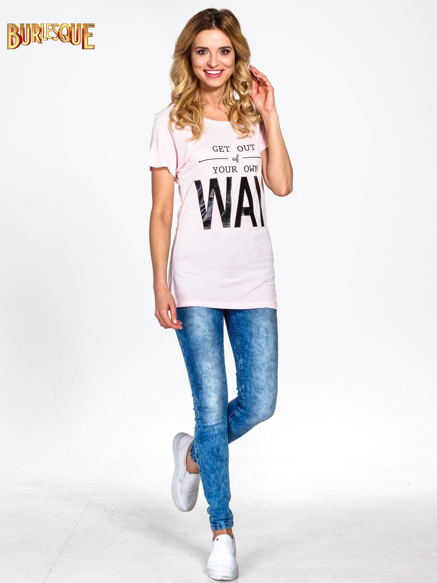 Różowy t-shirt z napisem GET OUT OF YOUR OWN WAY                                  zdj.                                  6
