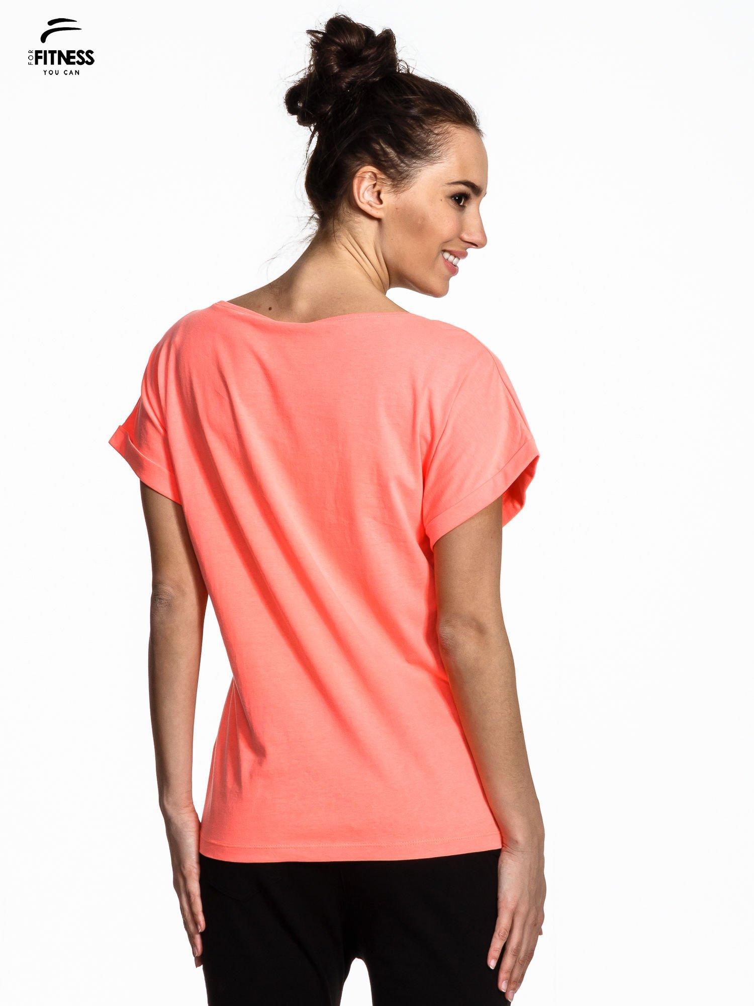 Różowy t-shirt z napisem MIND OVER BODY                                  zdj.                                  3
