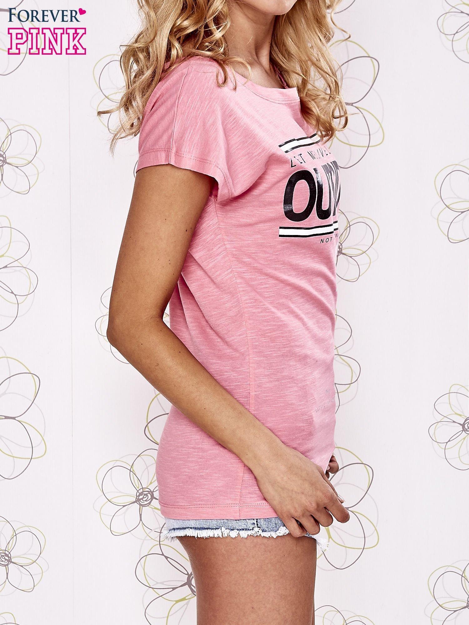 Różowy t-shirt z napisem OUTSIDER                                  zdj.                                  3