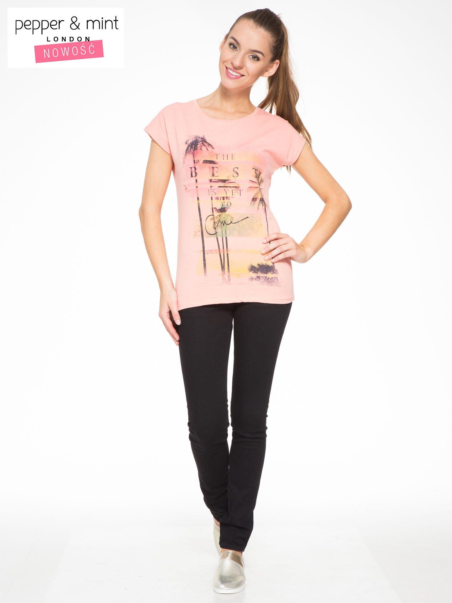 Rózowy t-shirt z napisem THE BEST IS YET TO COME                                  zdj.                                  4