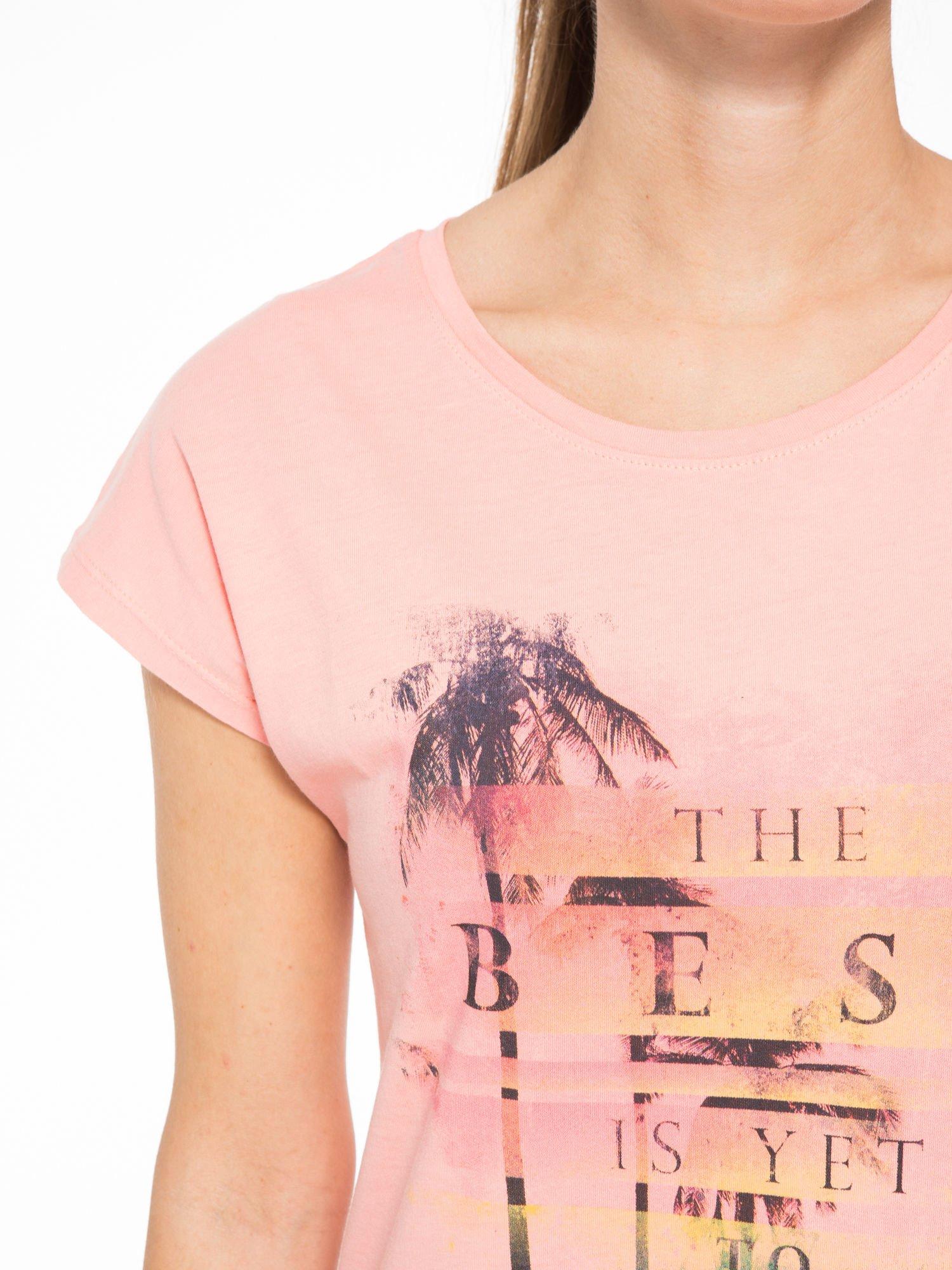 Rózowy t-shirt z napisem THE BEST IS YET TO COME                                  zdj.                                  5