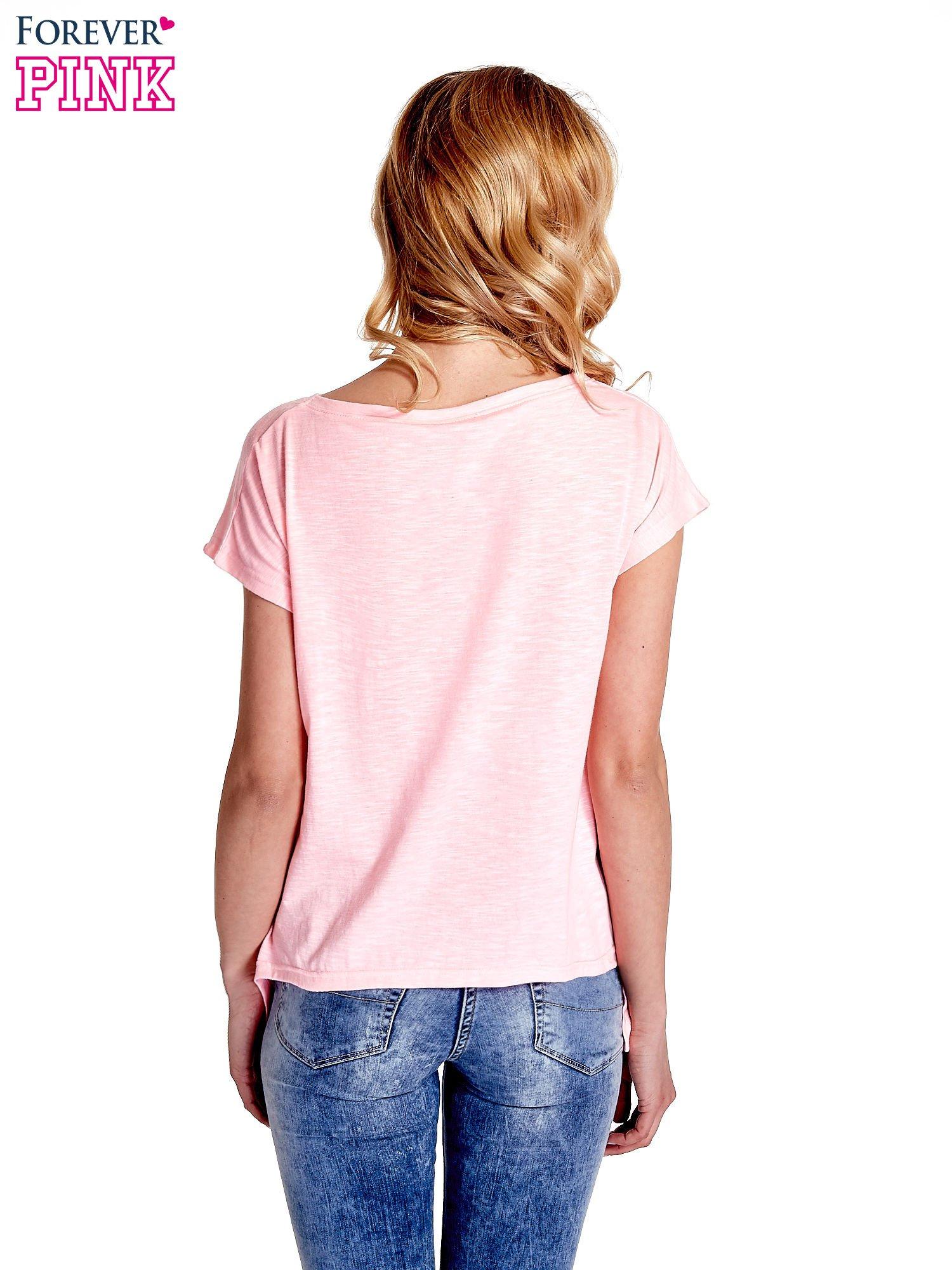 Różowy t-shirt z napisem WASZA WYSOKOŚĆ                                  zdj.                                  4