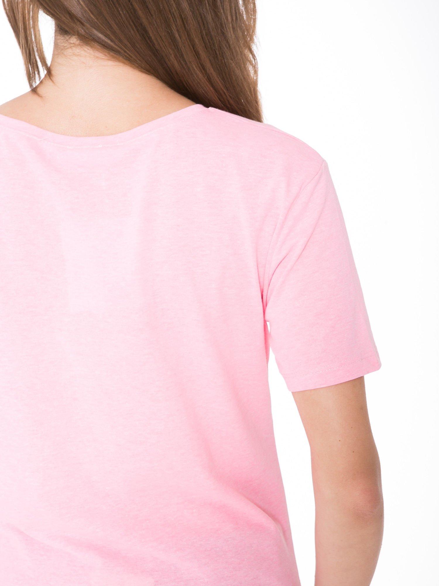 Różowy t-shirt z romantycznym nadrukiem dziewczyny                                  zdj.                                  9