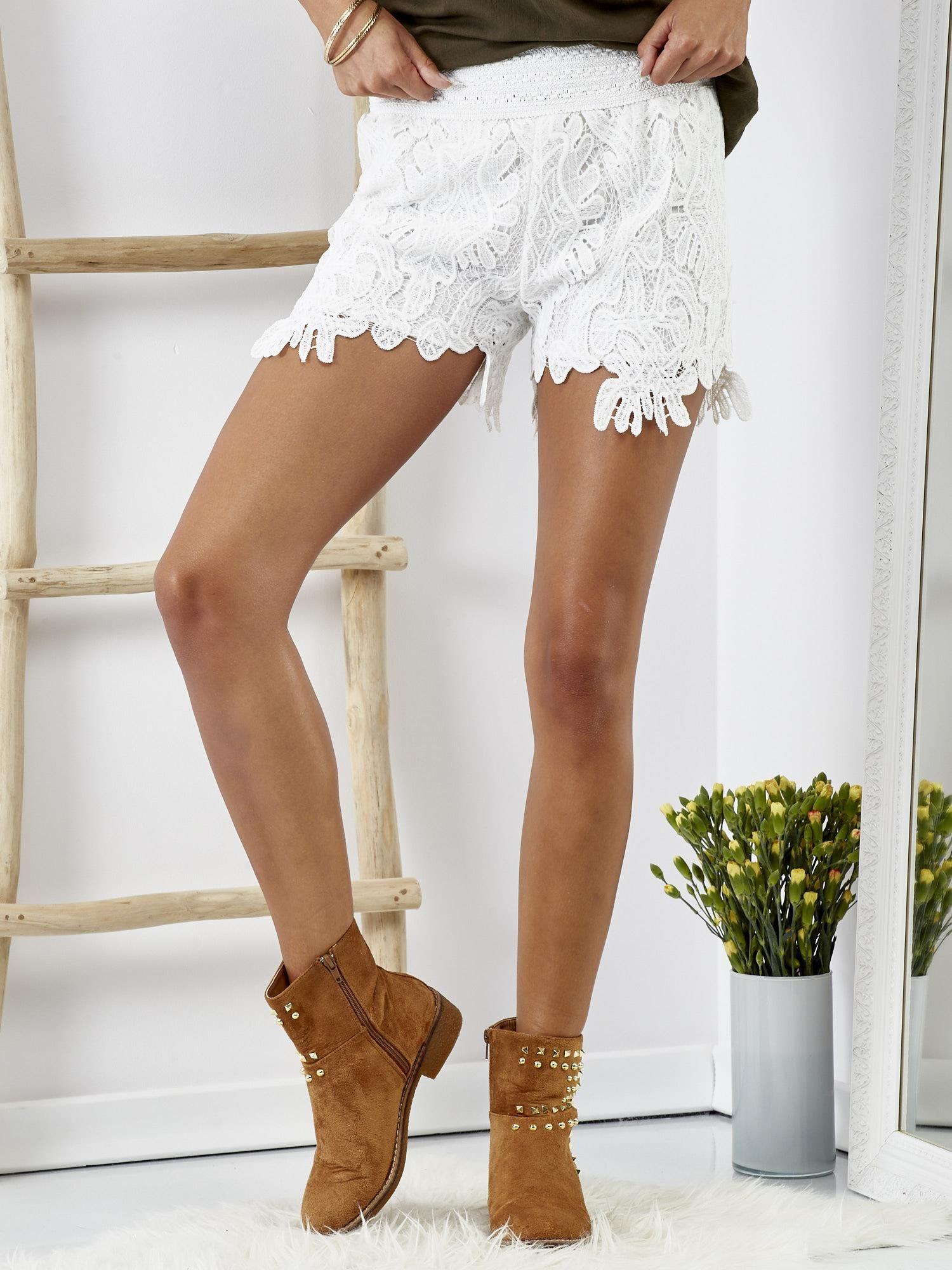 783d8c1cc0dd86 Białe koronkowe szorty - Spodnie szorty - sklep eButik.pl