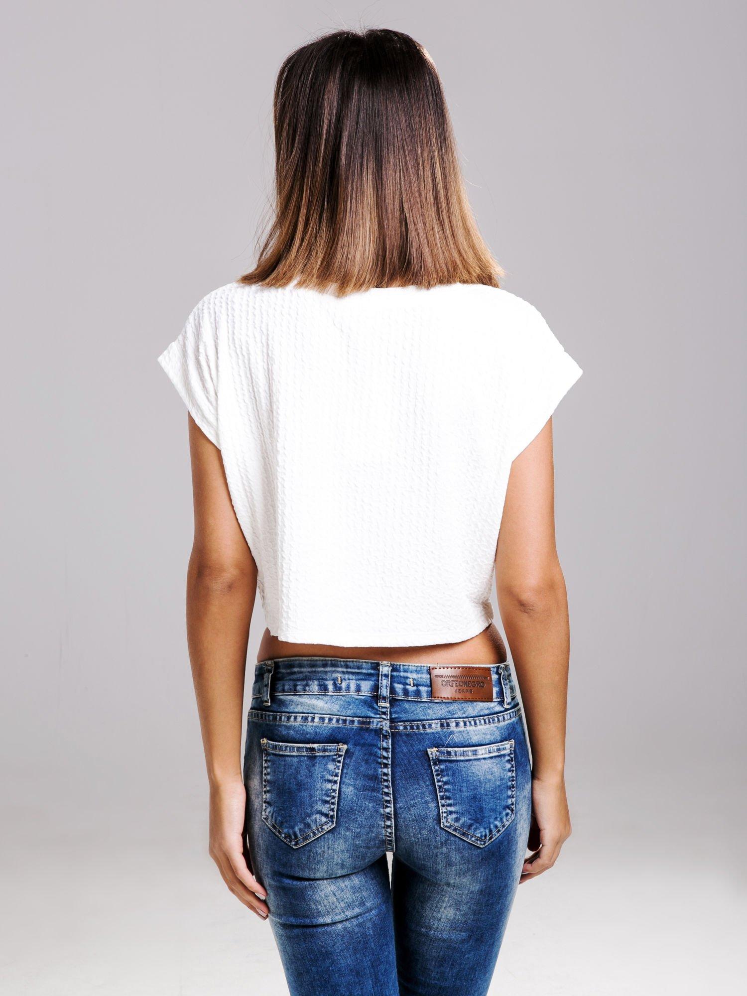 STRADIVARIUS Biały fakturowany t-shirt typu cropped                                  zdj.                                  2