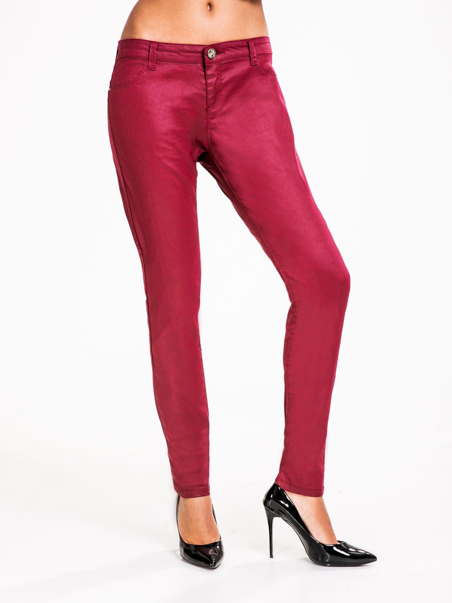 STRADIVARIUS Bordowe spodnie rurki woskowane                                  zdj.                                  1