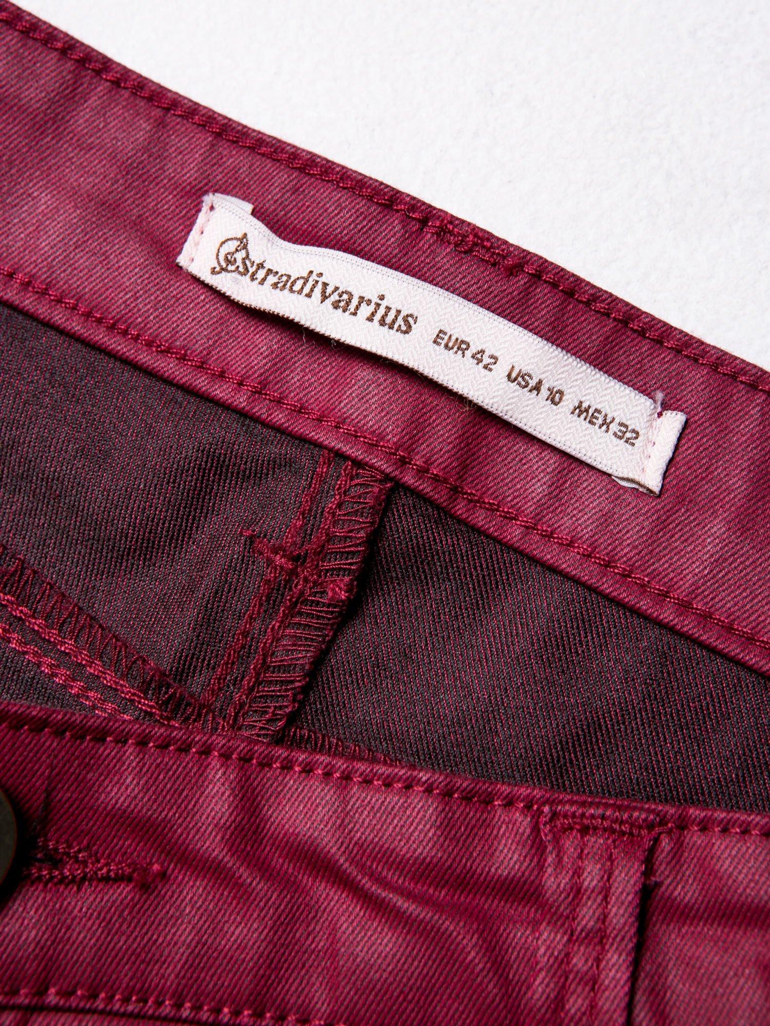 STRADIVARIUS Bordowe spodnie rurki woskowane                                  zdj.                                  3