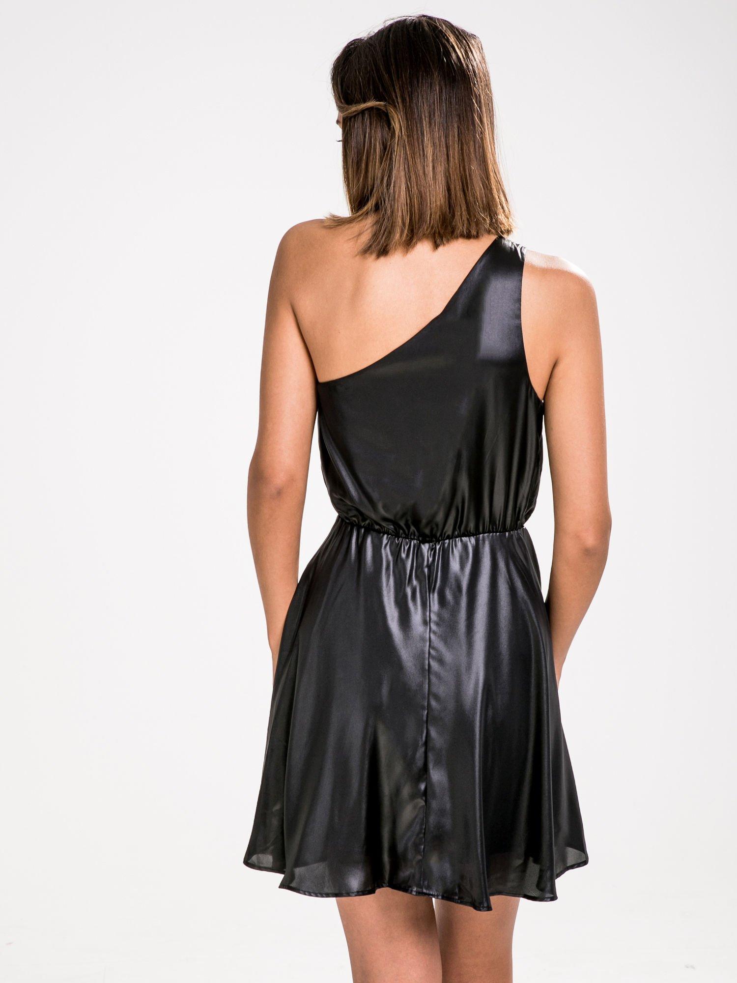 STRADIVARIUS Czarna skórzana sukienka na jedno ramię                                  zdj.                                  2