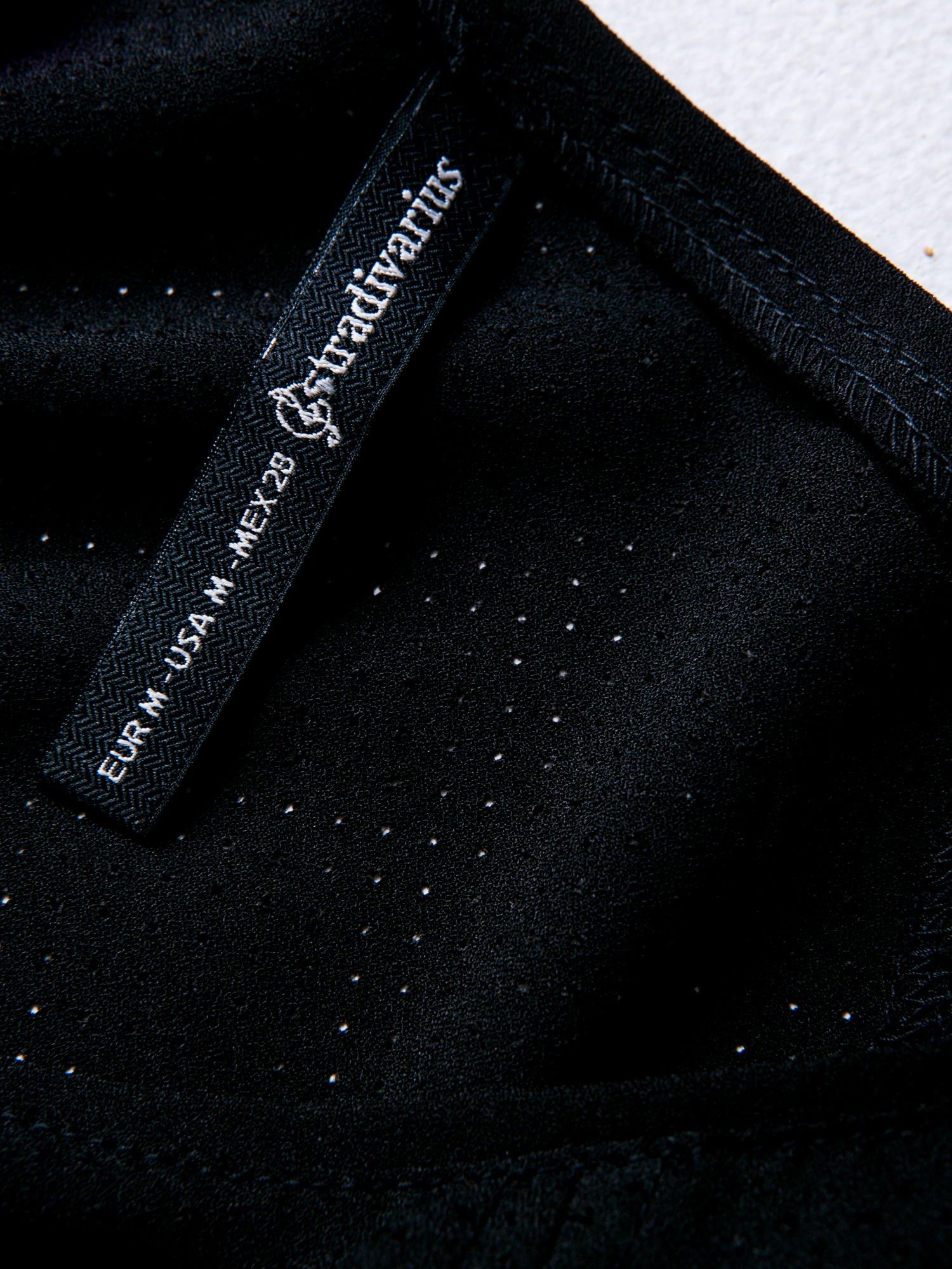 STRADIVARIUS Czarny siatkowy t-shirt typu cropped                                  zdj.                                  3