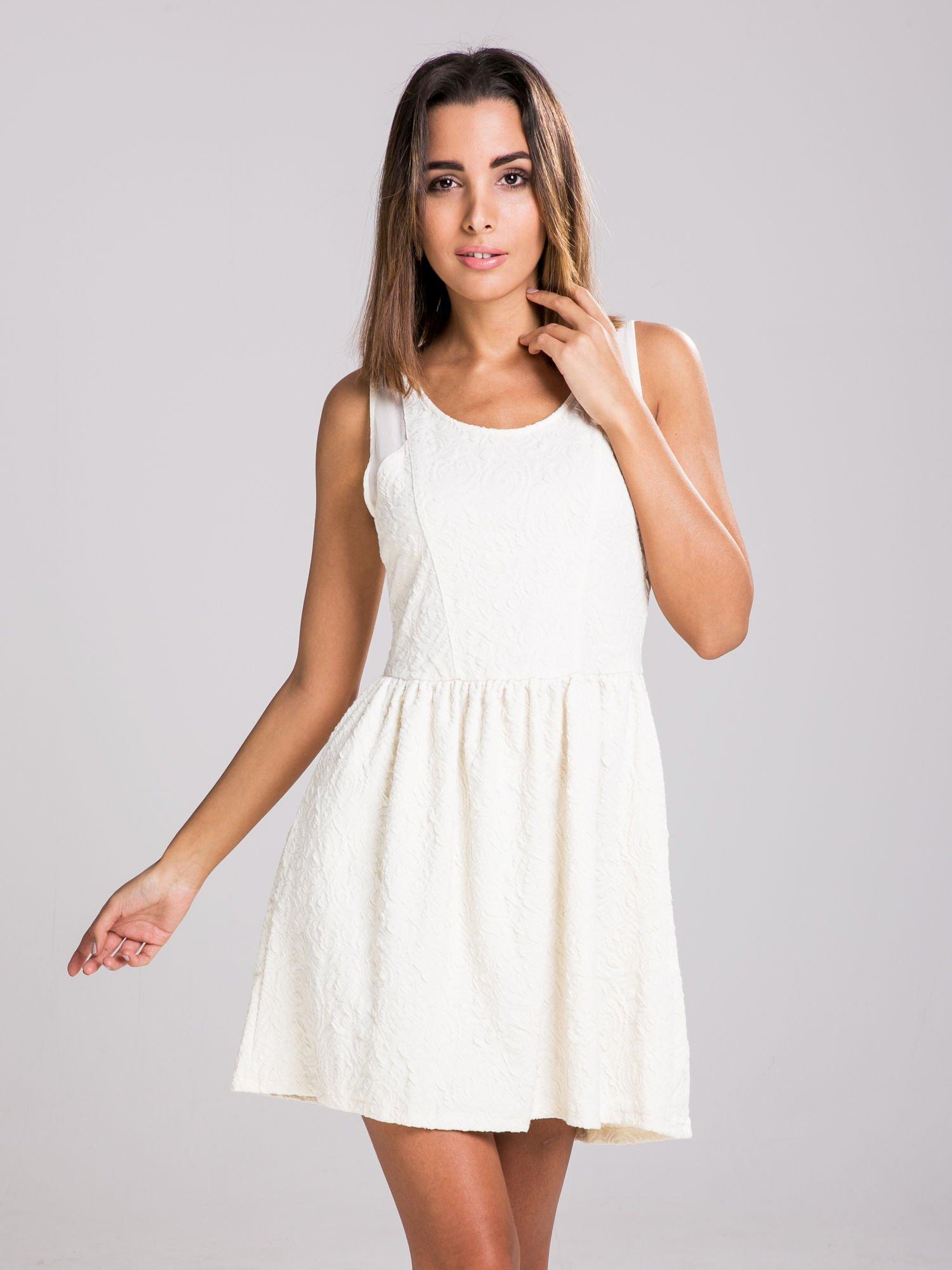 STRADIVARIUS Ecru sukienka z tłoczonego materiału                                  zdj.                                  1