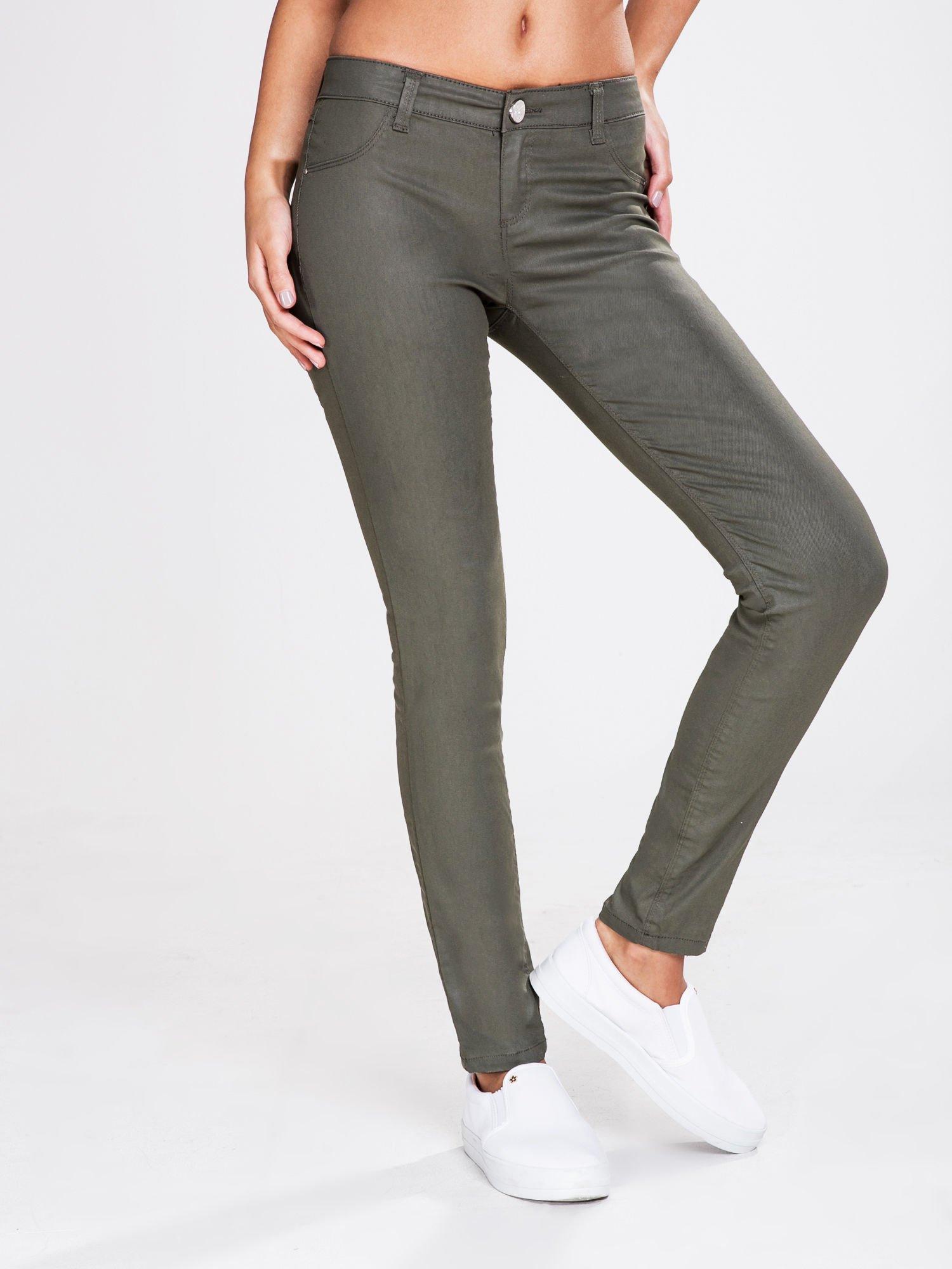 STRADIVARIUS Khaki spodnie rurki z woskowanego materiału                                  zdj.                                  1