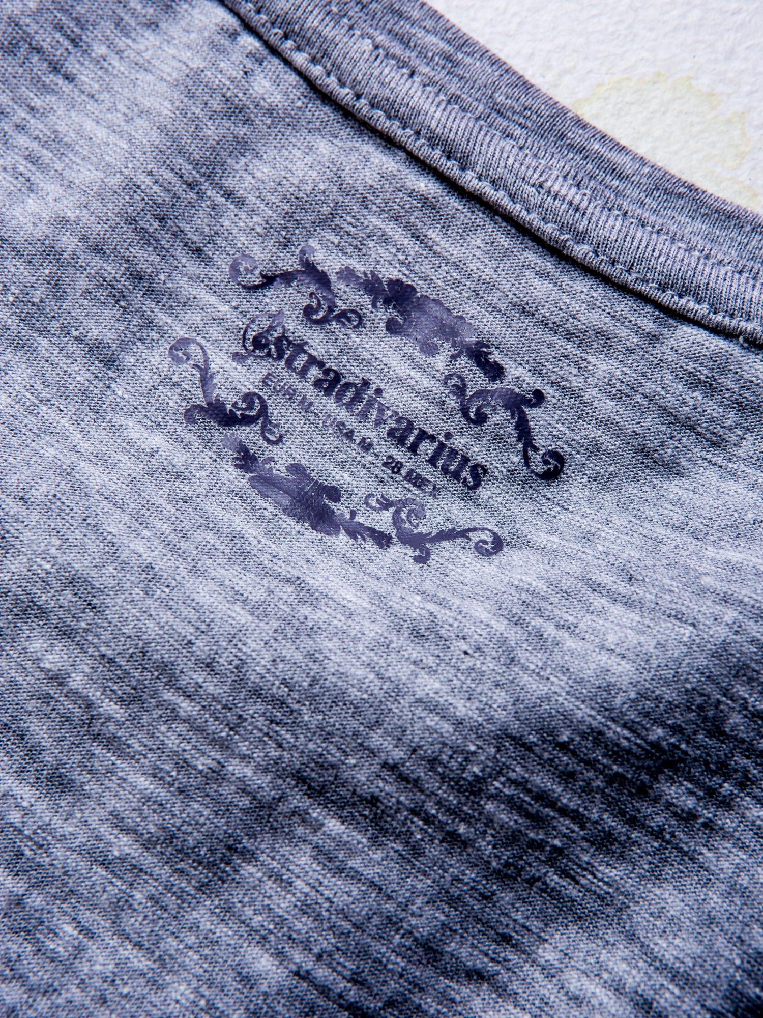 STRADIVARIUS Szary t-shirt basic z kieszonką                                  zdj.                                  3