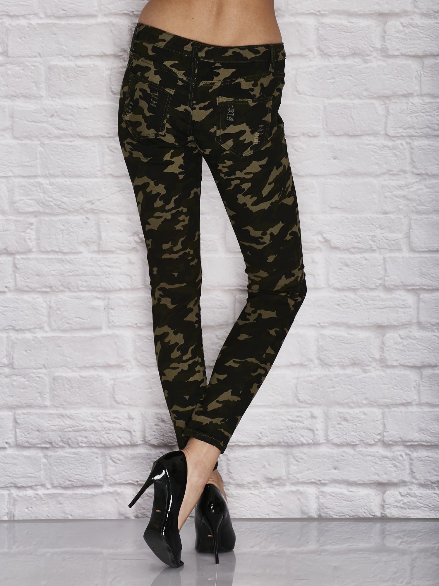 dcc80a59 Spodnie damskie rurki w moro wzór z dziurami i ćwiekami zielone