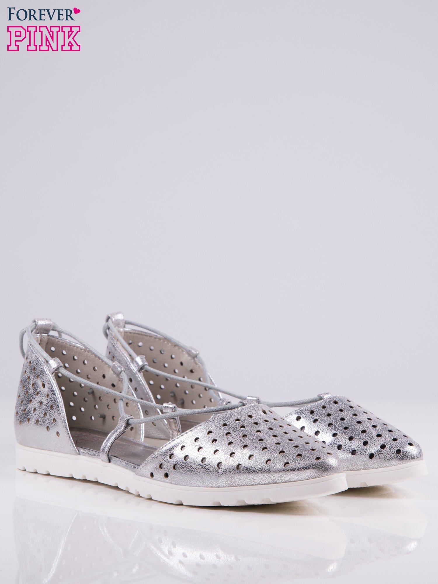 Srebrne ażurowe sandały wiązane wokół kostki                                   zdj.                                  3