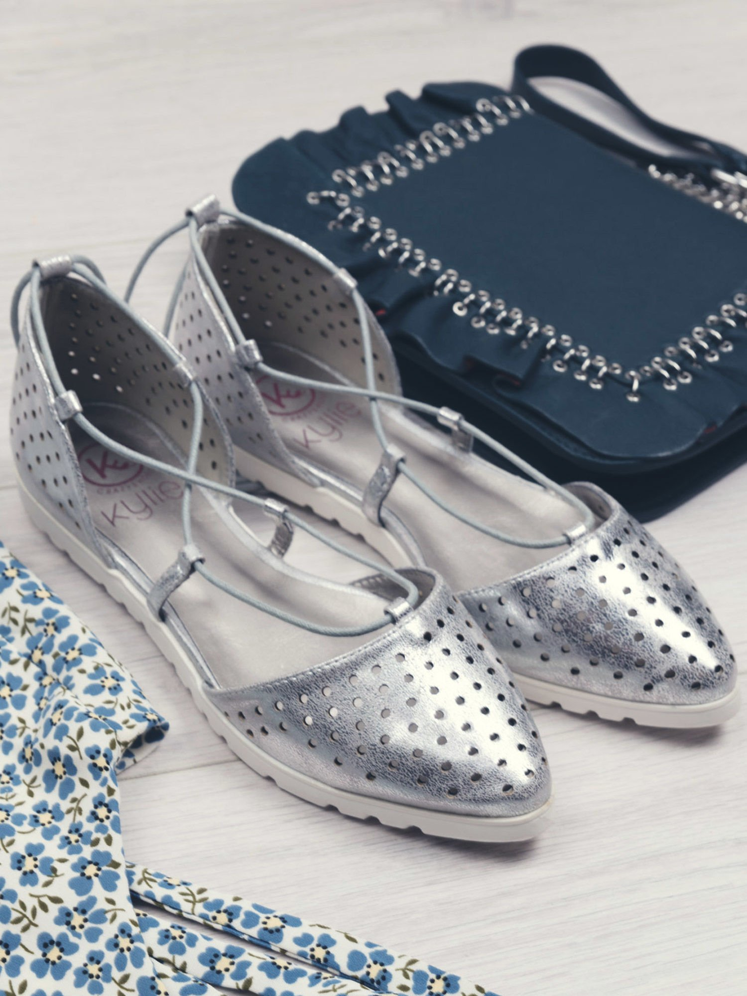 Srebrne ażurowe sandały wiązane wokół kostki                                   zdj.                                  1