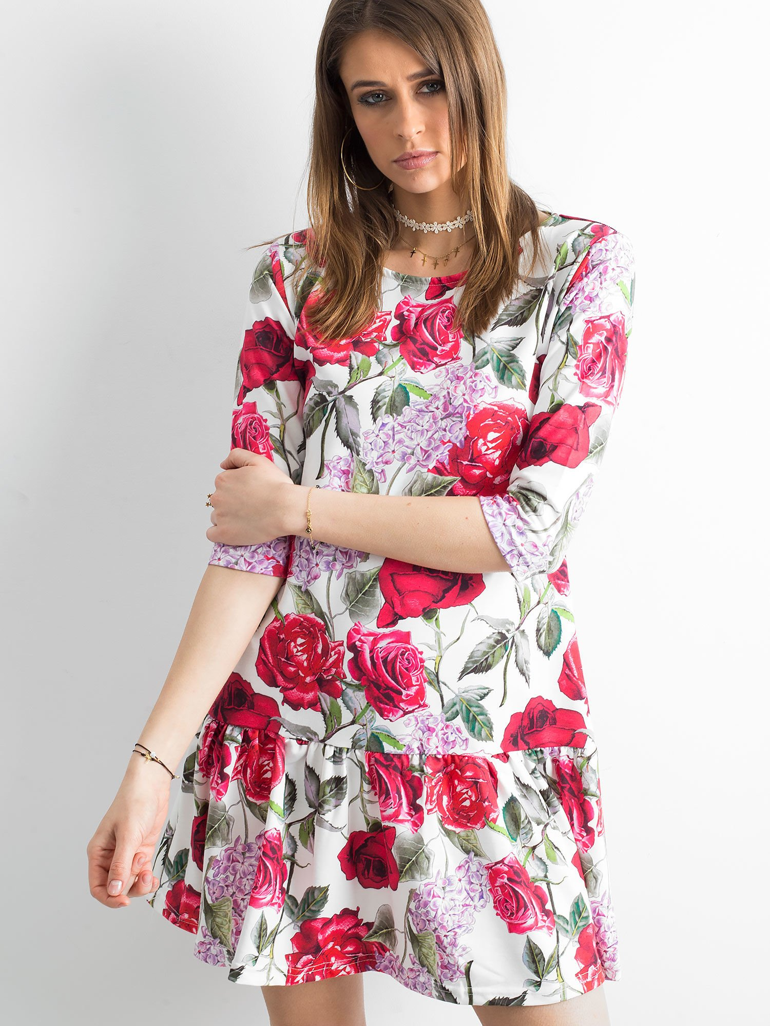 e0bb5e3db7 Sukienka biała w duże kolorowe kwiaty - Sukienka z falbaną - sklep ...