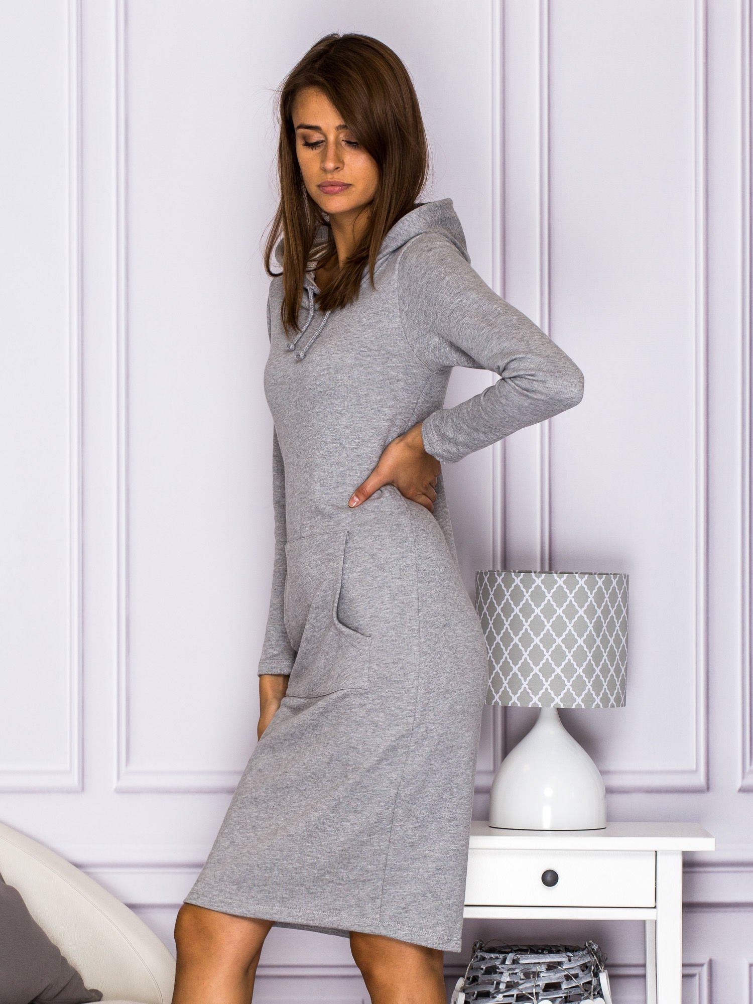 148323f658 Sukienka dresowa z kapturem i kieszeniami szara - Sukienka ...
