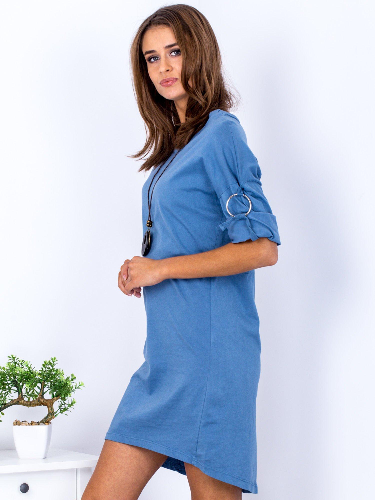 40ed04382fd079 Sukienka niebieska z naszyjnikiem i podwijanymi rękawami - Akcesoria ...