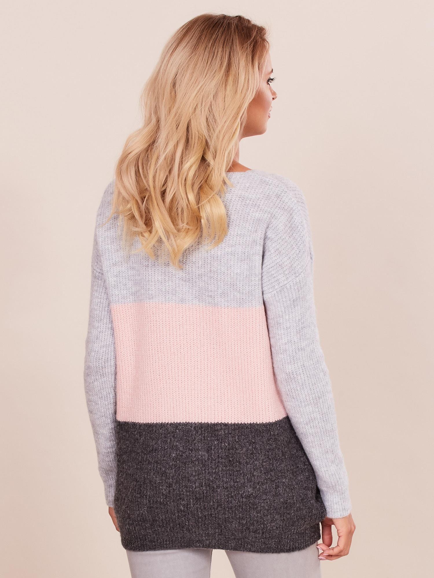 ae2f4595f57e74 Sweter damski w kolorowe pasy szaro-różowy - Sweter klasyczny ...