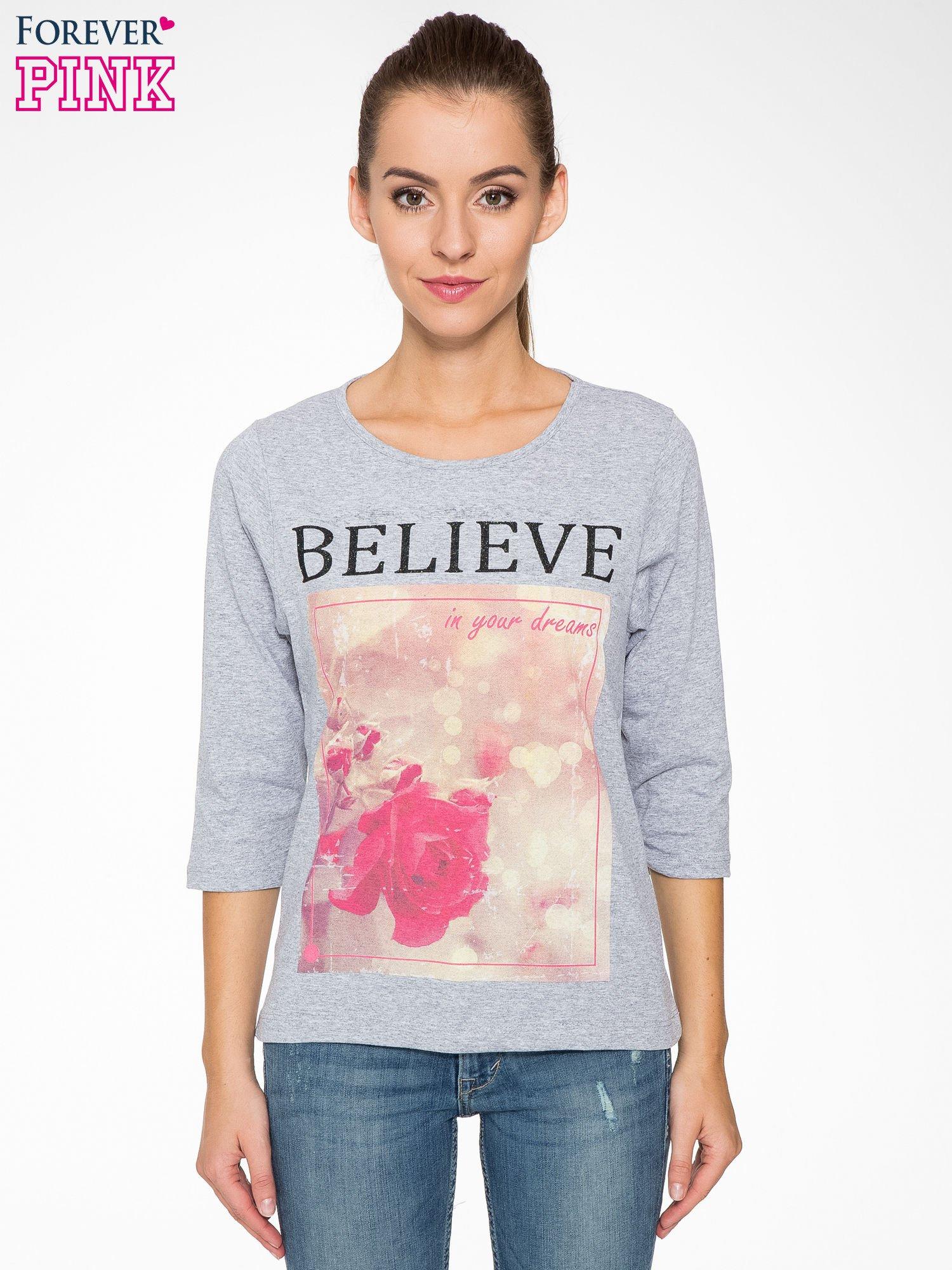 Szara bluzka z nadrukiem róży i napisem BELIEVE                                  zdj.                                  1