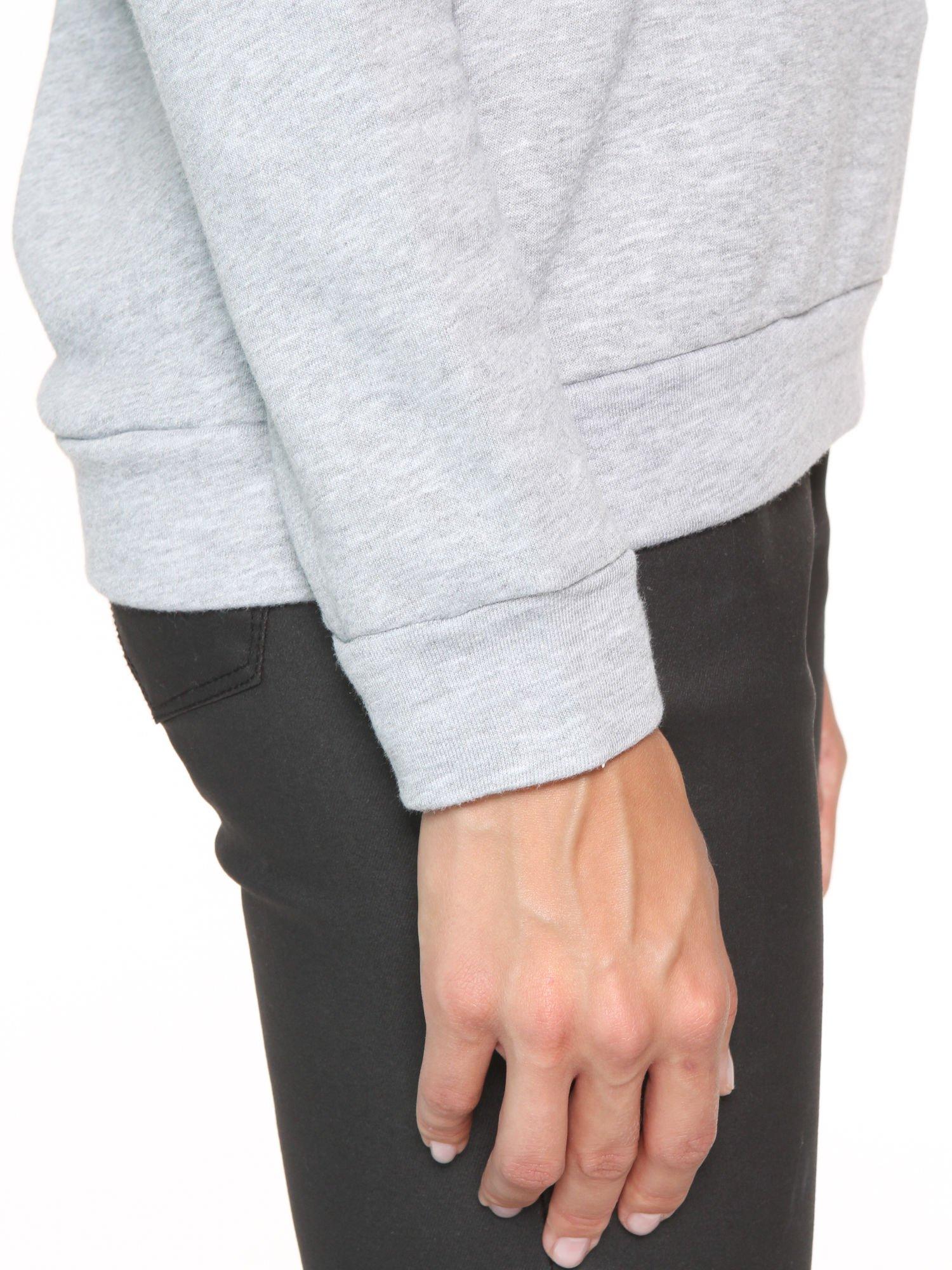 Szara dresowa bluza z koronkową wstawką przy dekolcie                                  zdj.                                  8
