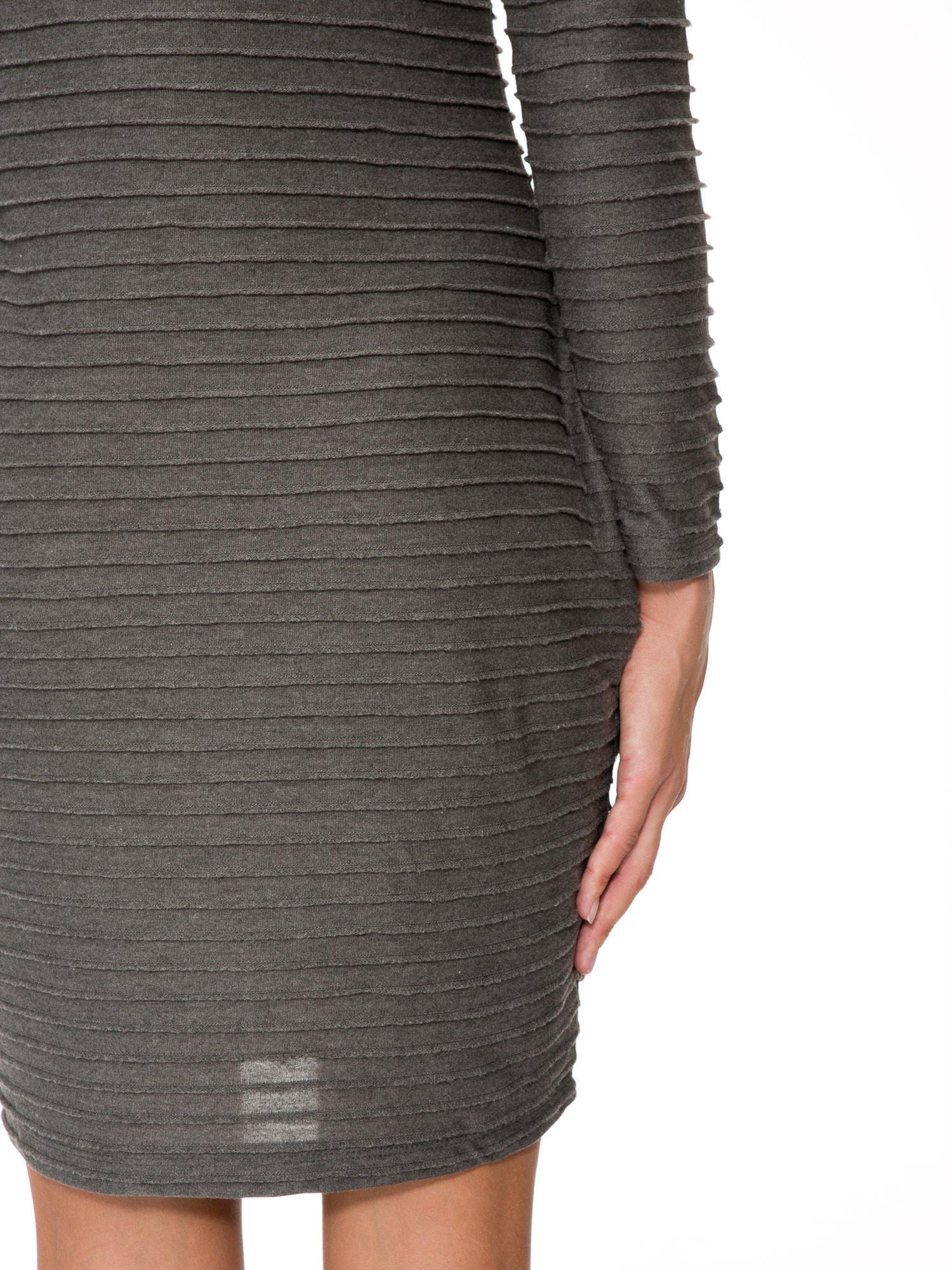 Szara dresowa sukienka w prążkowany wzór                                  zdj.                                  10