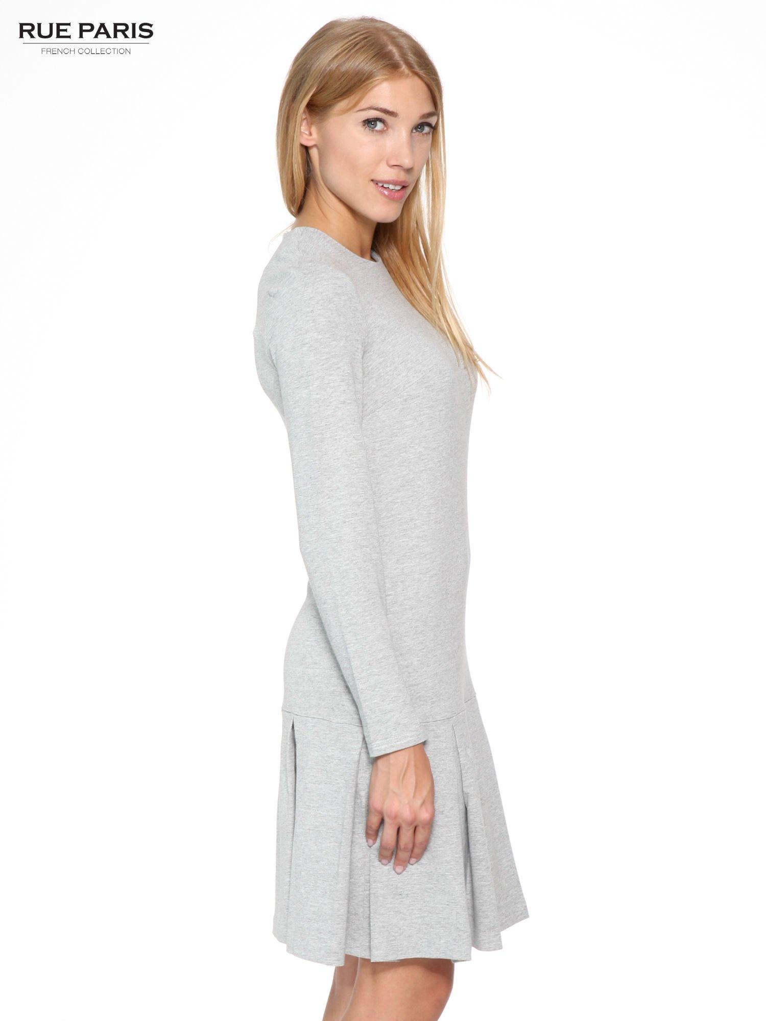 Szara dresowa sukienka z obniżoną talią i kontrafałdami                                  zdj.                                  3
