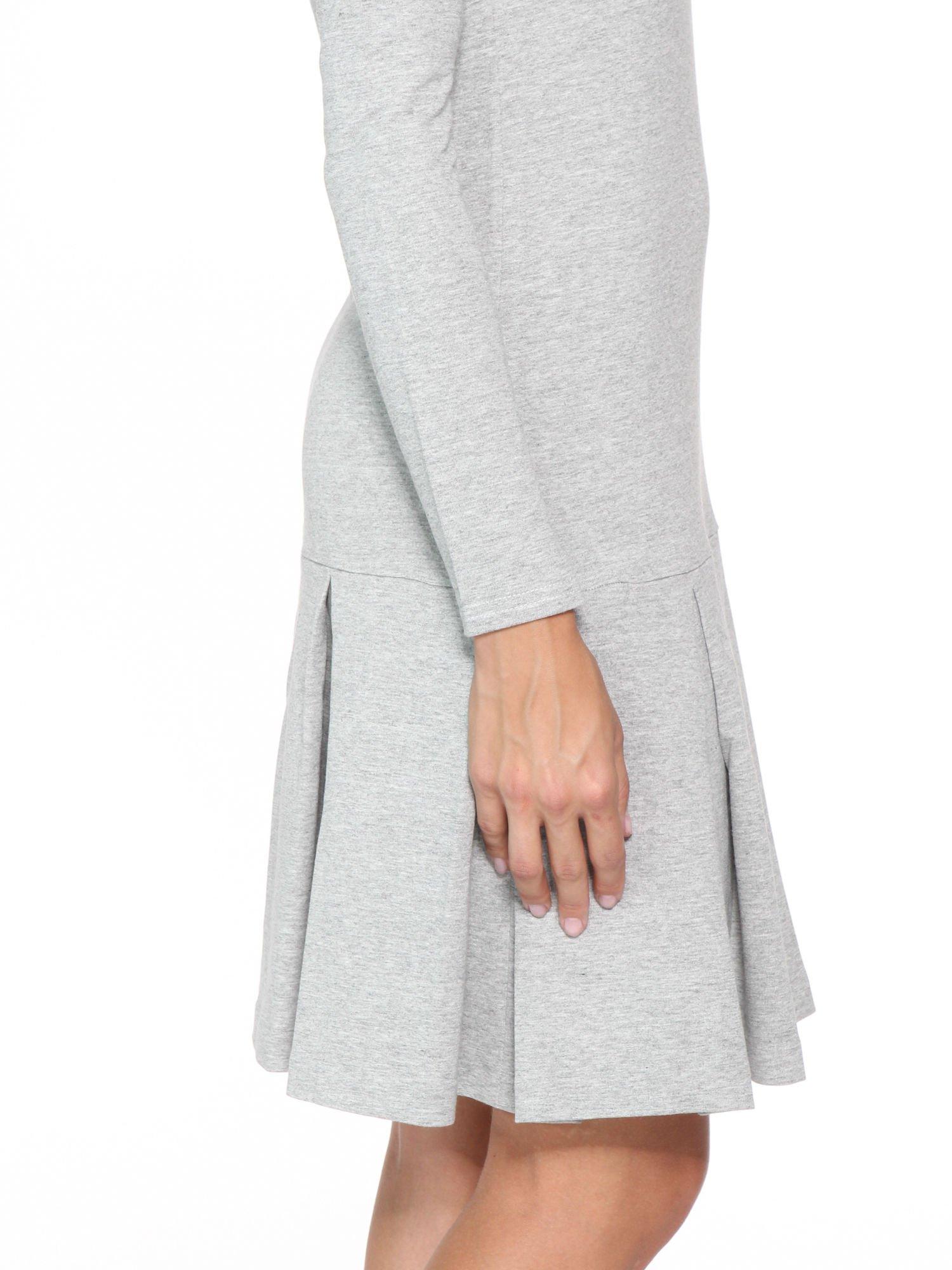 Szara dresowa sukienka z obniżoną talią i kontrafałdami                                  zdj.                                  8