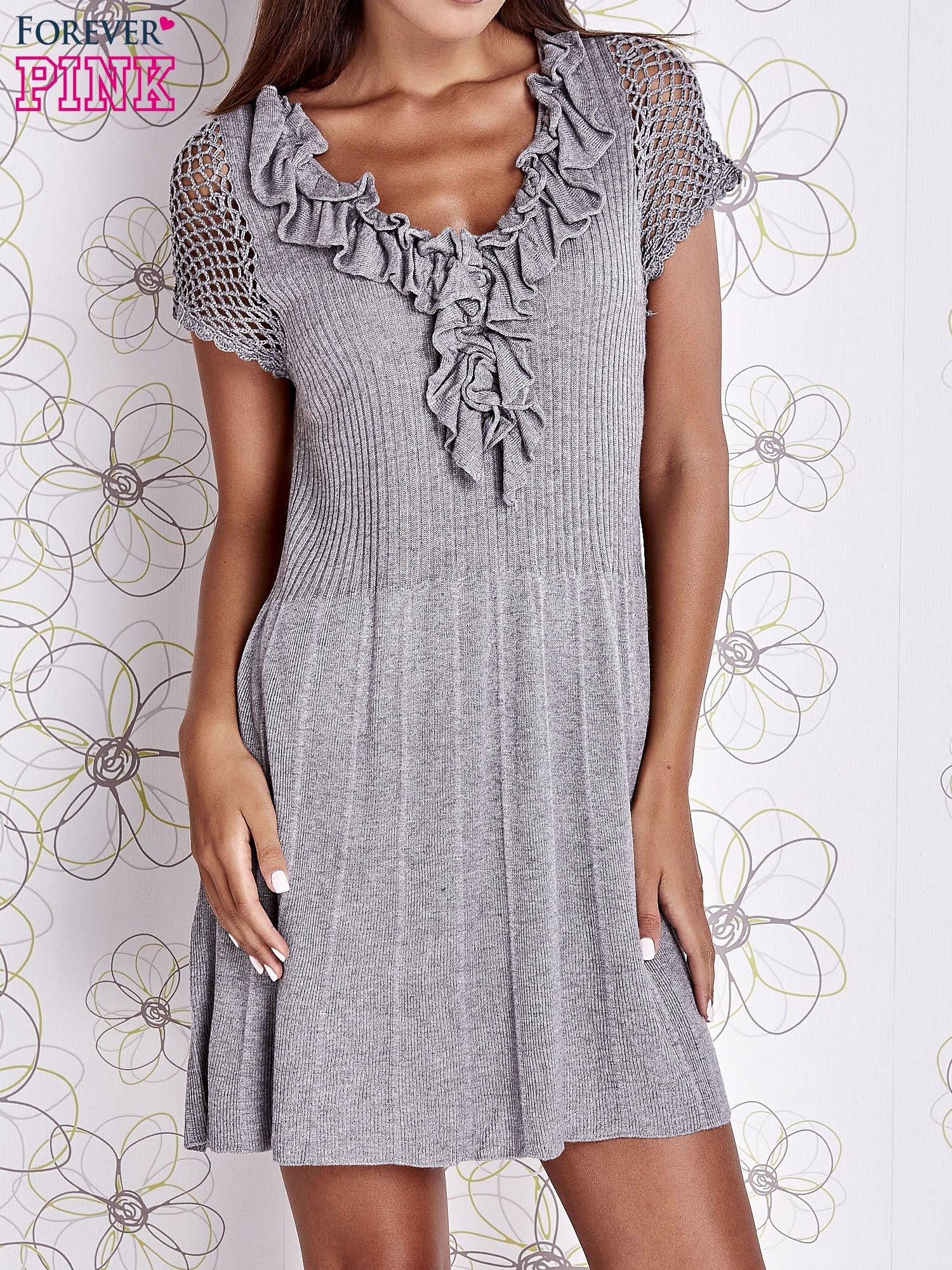 Szara dzianinowa sukienka z żabotem i ażurowymi rękawami                                  zdj.                                  1