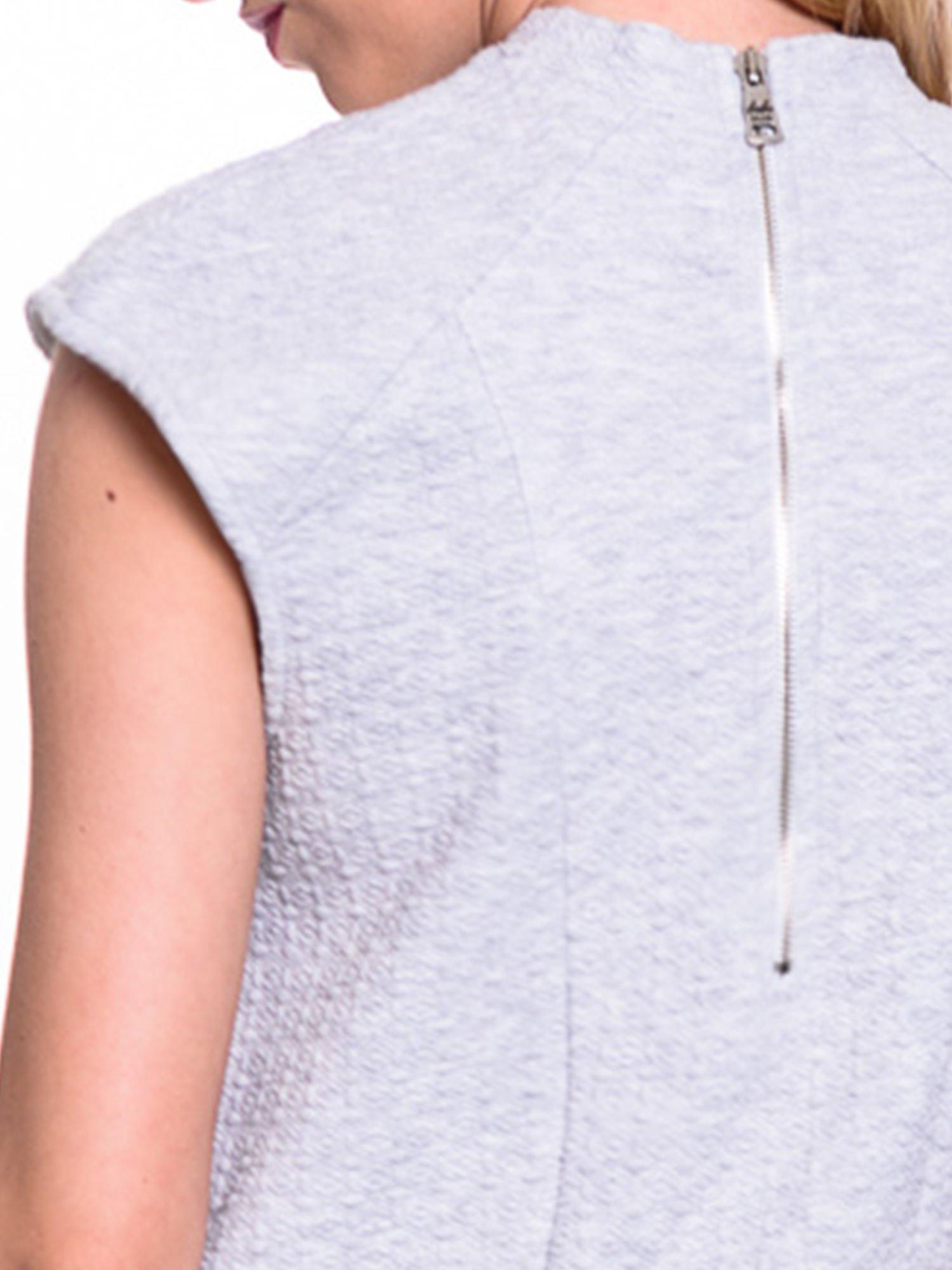 Szara fakturowana bluzka z biżuteryjnym dekoltem                                  zdj.                                  5