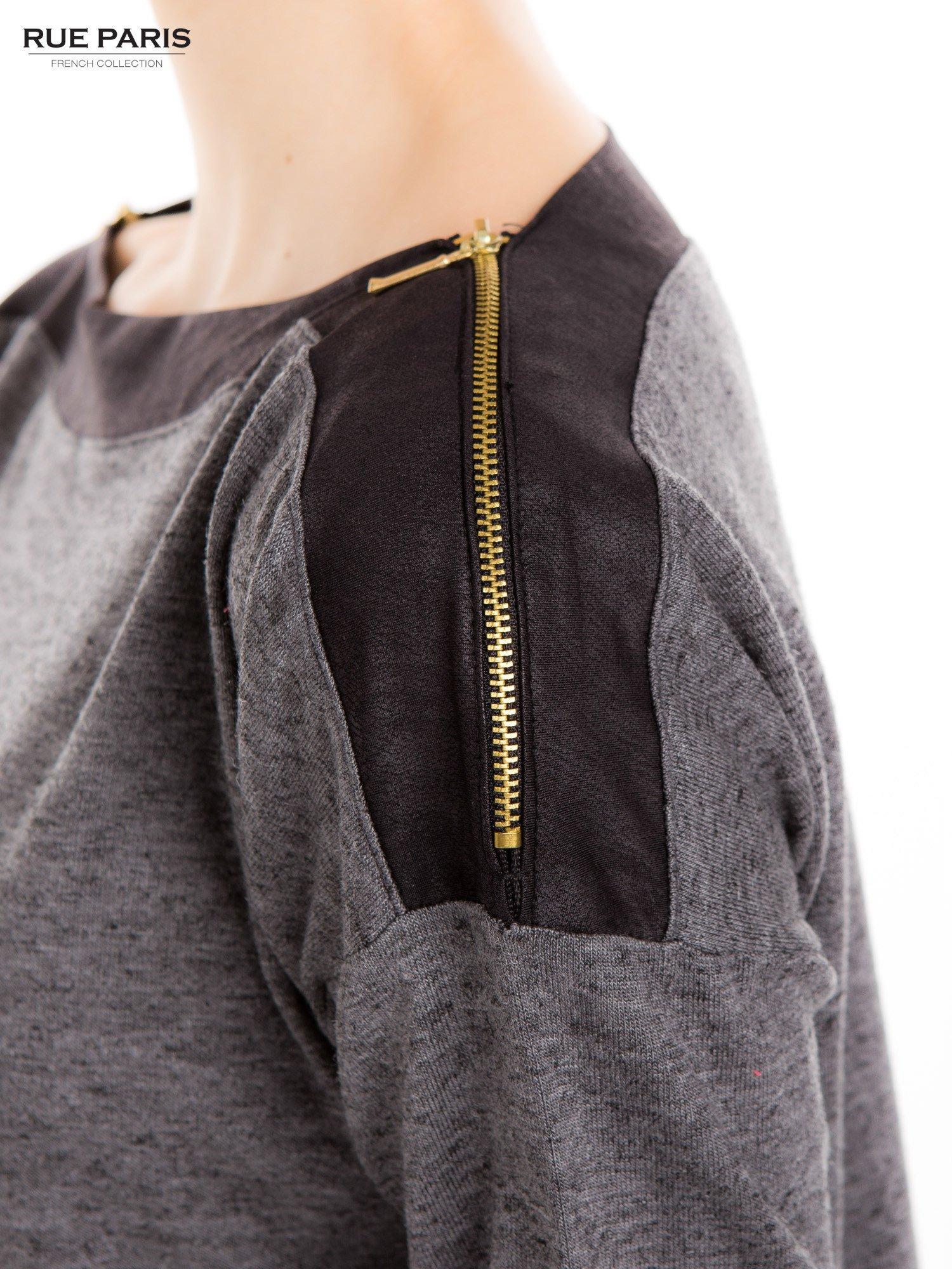 Szara melanżowa bluzka z suwakami na ramionach                                  zdj.                                  4