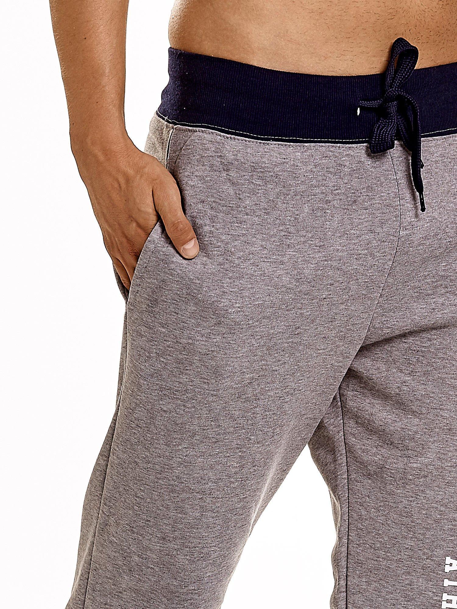 Szare dresowe spodnie męskie z napisem CALIFORNIA i naszywką                                  zdj.                                  6