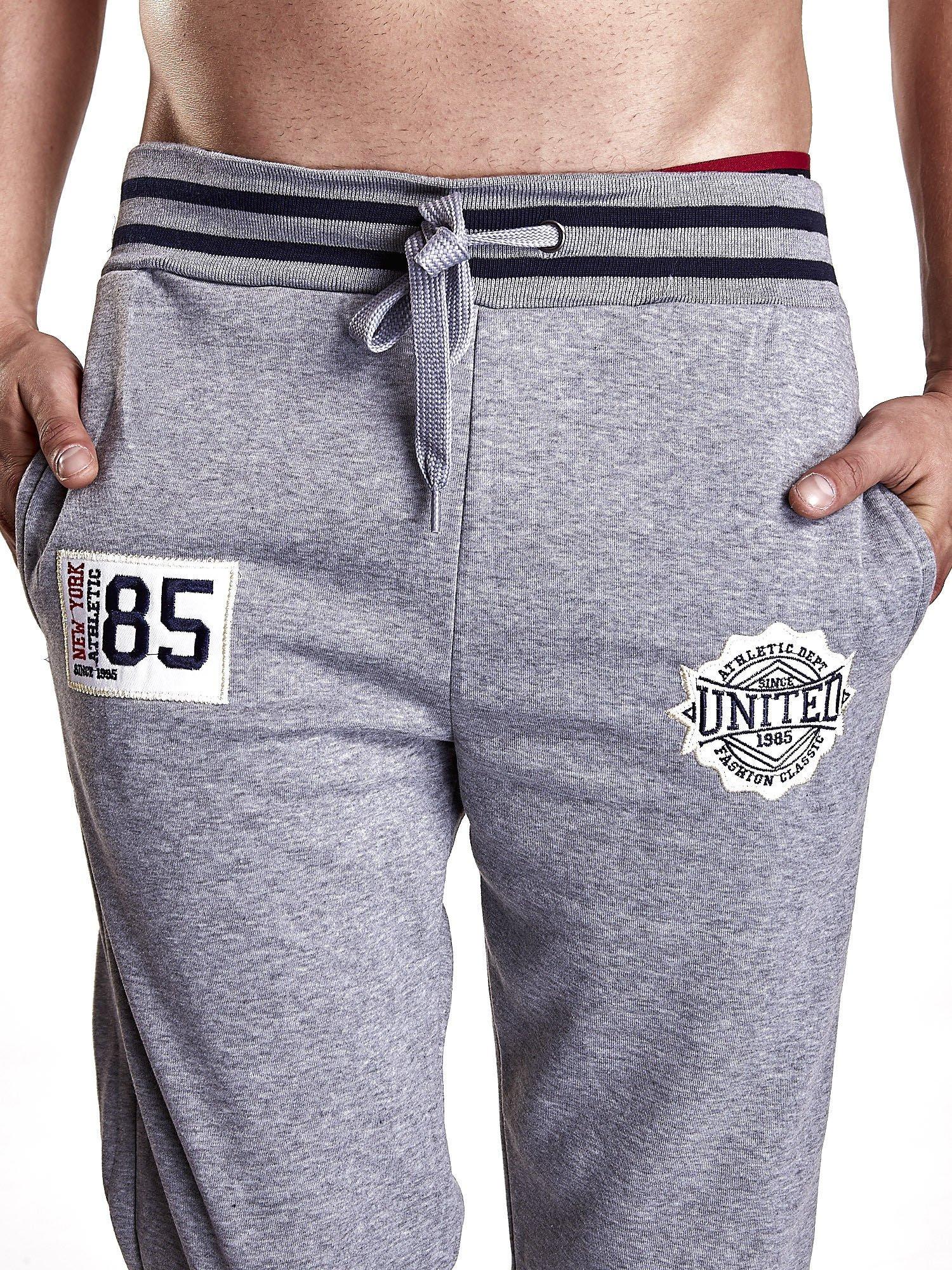 Szare dresowe spodnie męskie z naszywkami i kieszeniami                                  zdj.                                  4