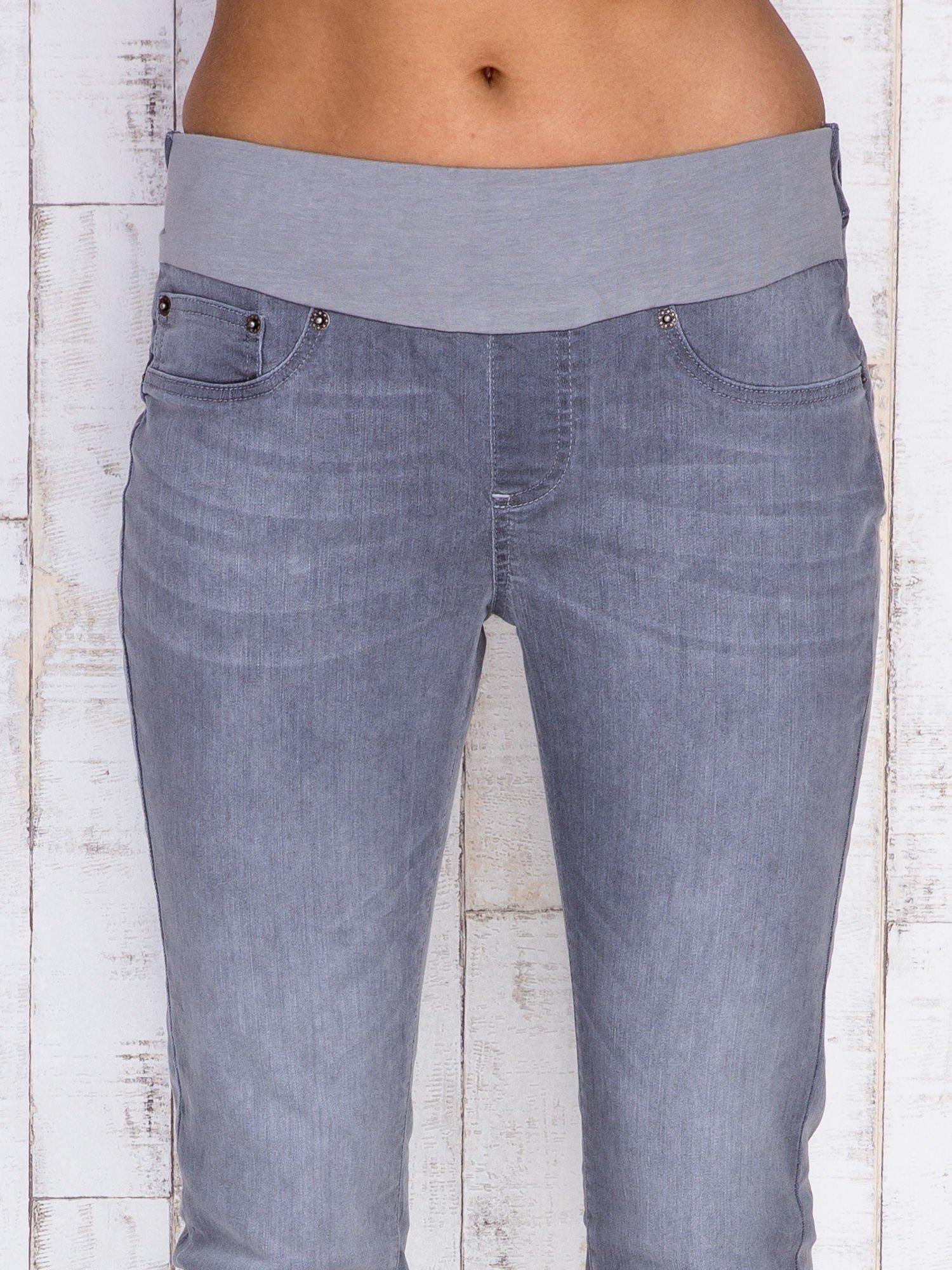 Szare jeansowe spodnie z przetarciami i na gumkę w pasie                                  zdj.                                  4