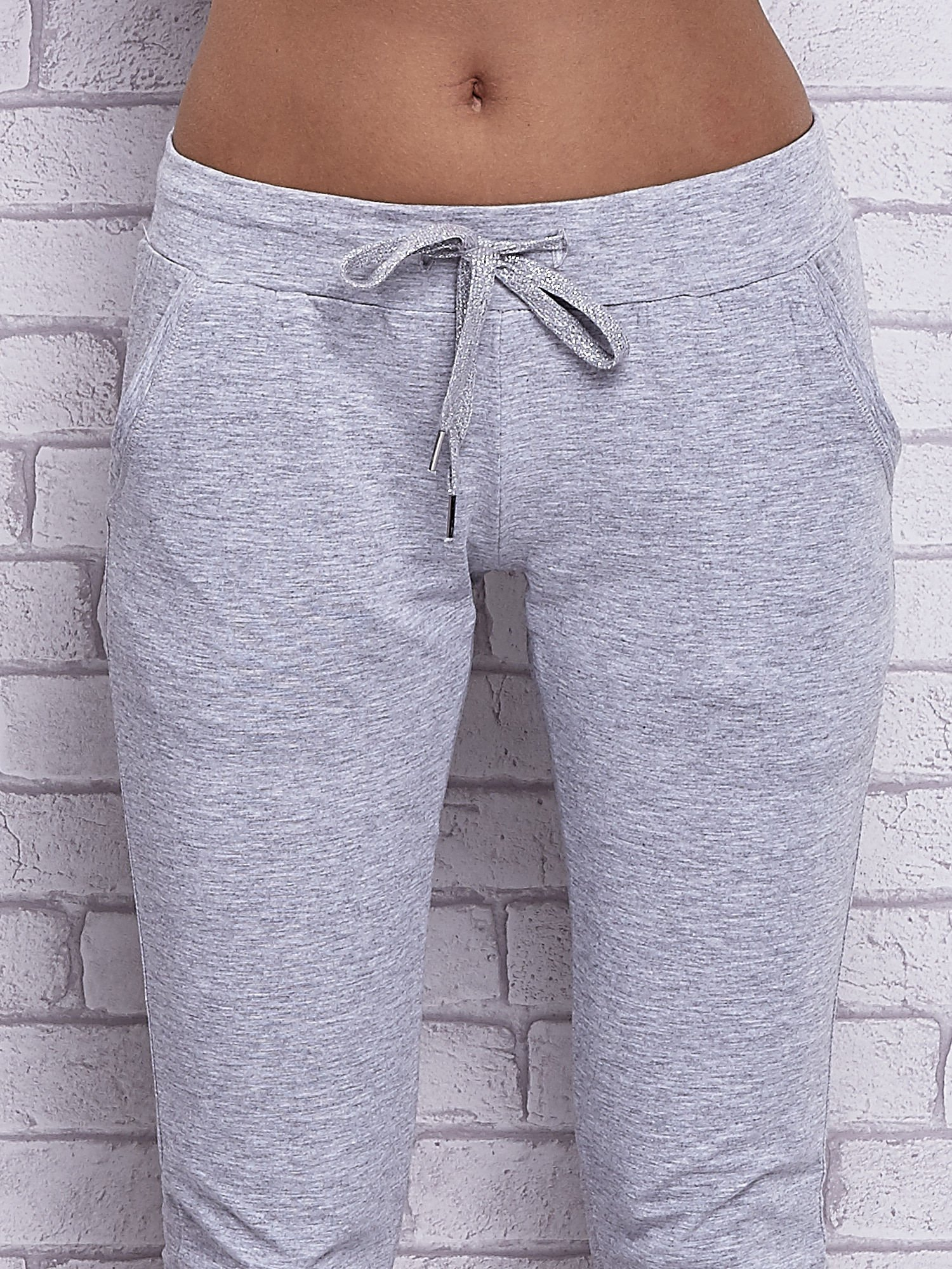 Szare melanżowe spodnie capri z bocznymi kieszeniami                                  zdj.                                  4