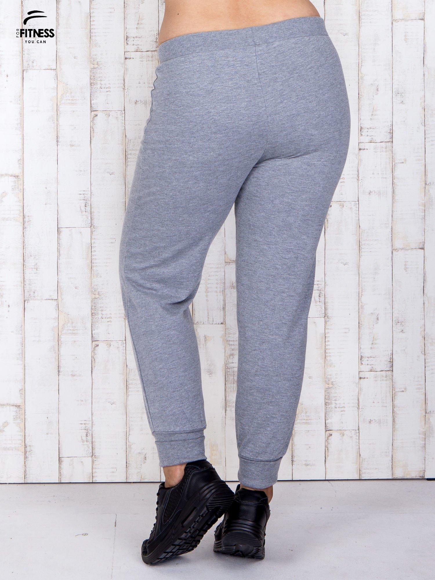 Szare melanżowe spodnie dresowe PLUS SIZE                                  zdj.                                  2