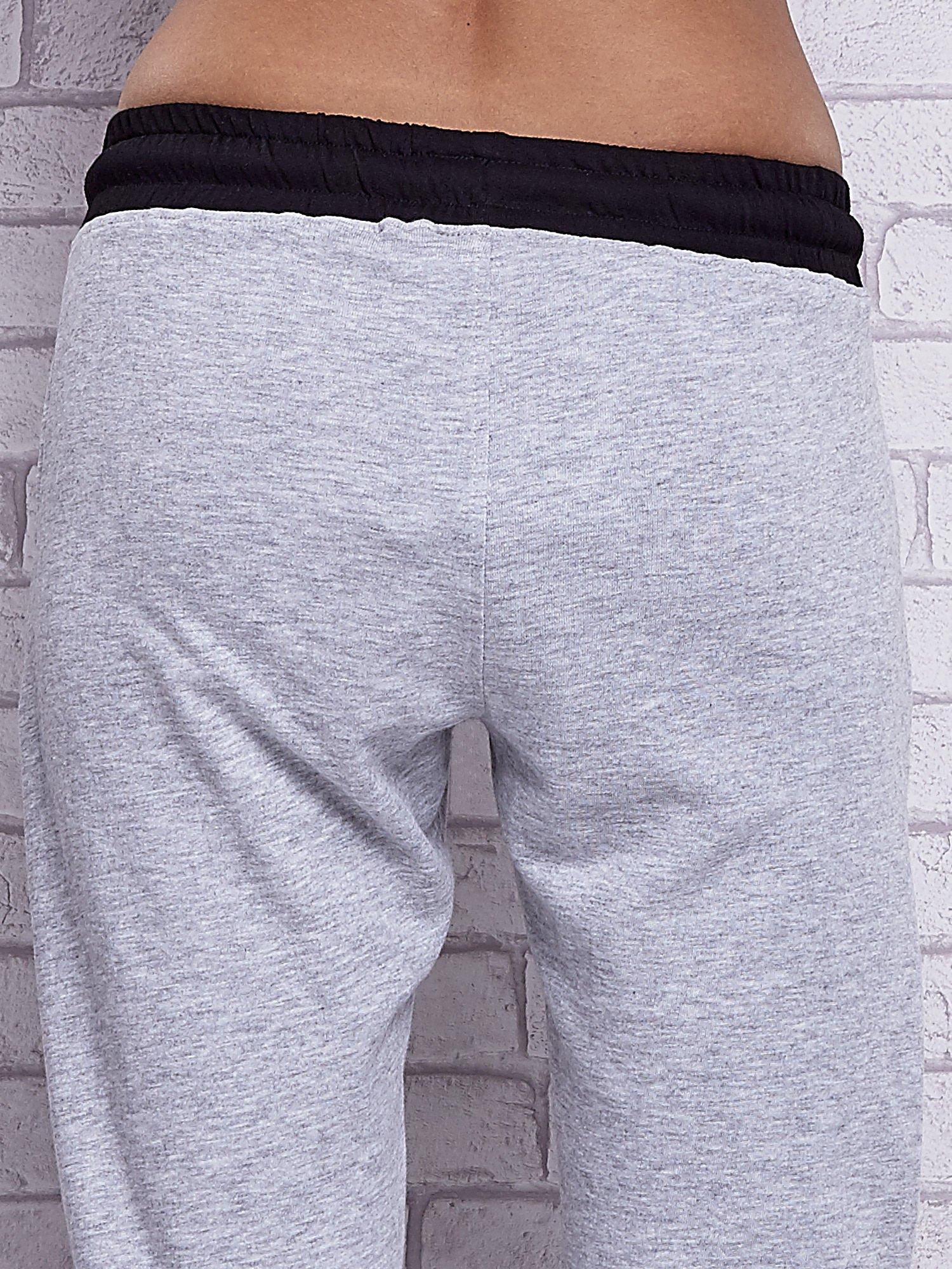 Szare melanżowe spodnie dresowe z czarnymi wstawkami                                  zdj.                                  6
